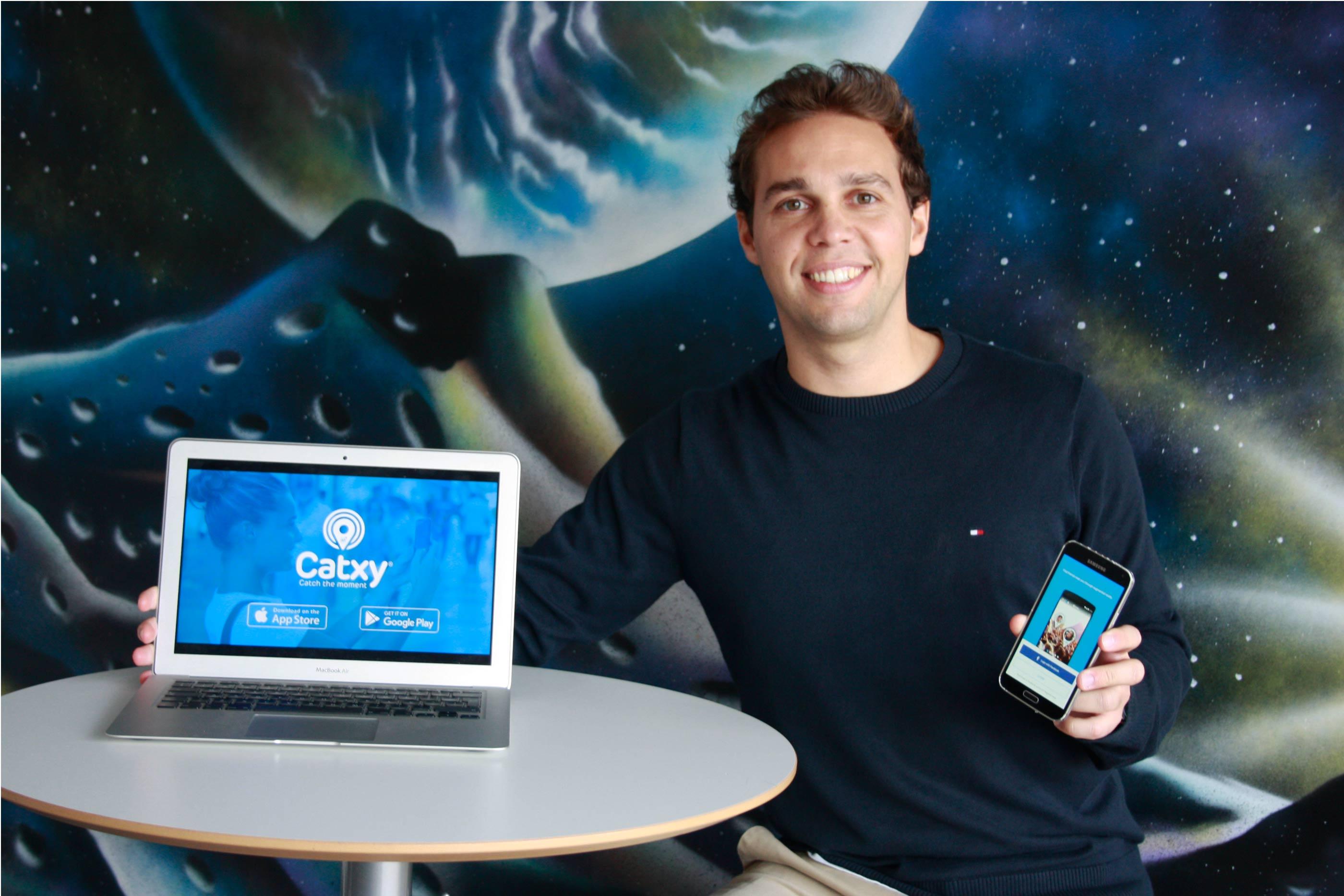 Fábio Rodrigues, CEO Catxy, com um portátil de sistema operativo Android e com um Iphone com a aplicação