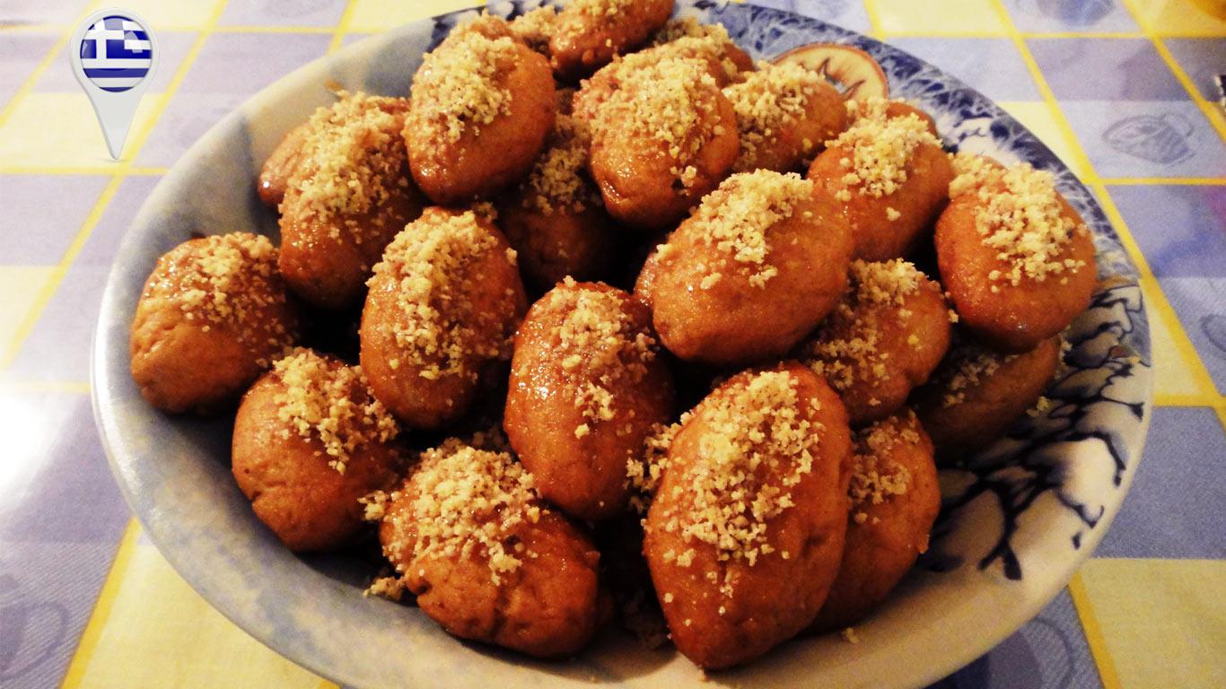 O doce típico de Natal grego são as melomakarona, bolachas de mel, polvilhadas com nozes lascadas.
