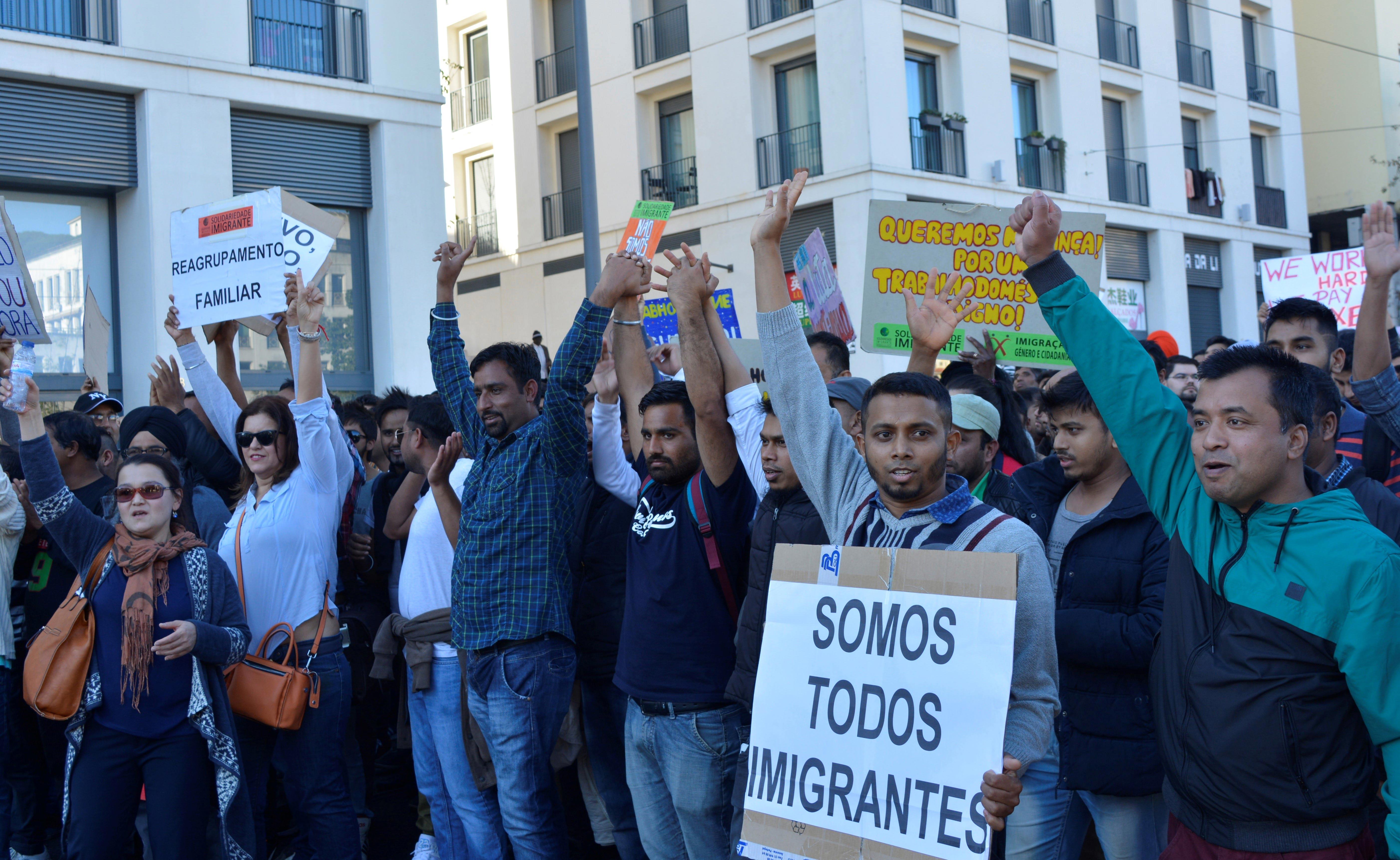 Manifestantes fazem-se ouvir na praça do Martim Moniz