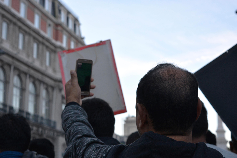 Imigrantes mostram a marcha às suas famílias através de videochamada.