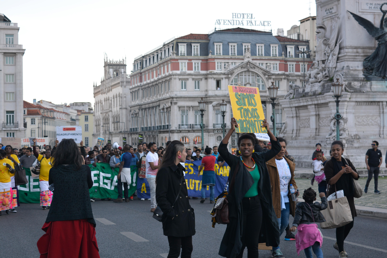 Manifestantes nos Restauradores a caminho do Ateneu Comercial de Lisboa, local onde a marcha terminou.