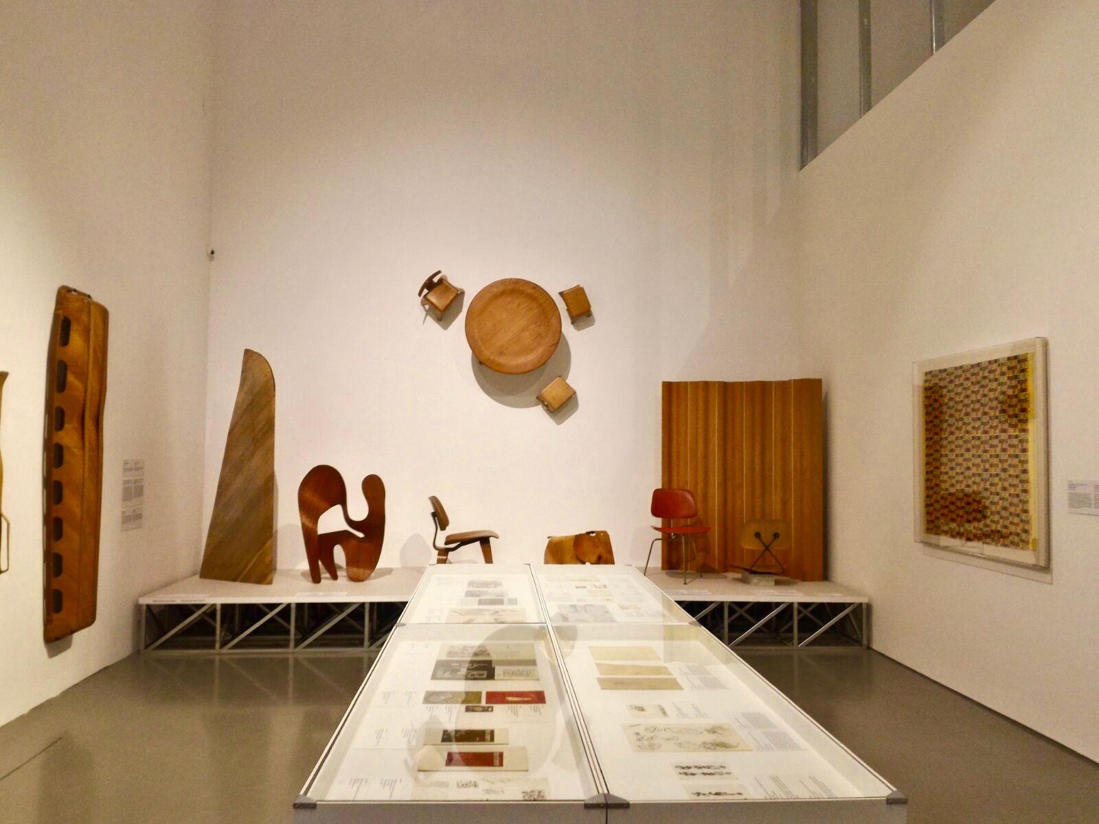 Sala 2 - A moldagem de contraplacado está evidenciada nas várias peças aqui expostas. Á direita encontra-se um molde de uma cadeira feito em fibra de carbono (1953) © Miguel Gonçalves