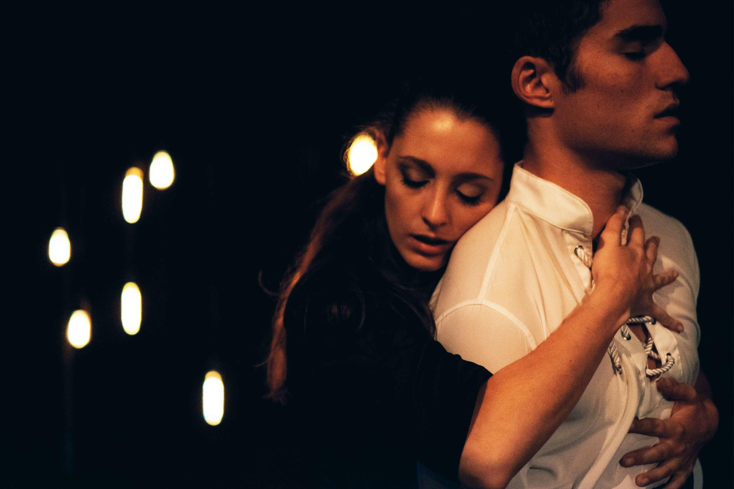 Lídia Muñoz e José Condessa interpretando Ofélia e Hamlet, numa cena intimista reflete acerca do amor, da sexualidade e da morte.