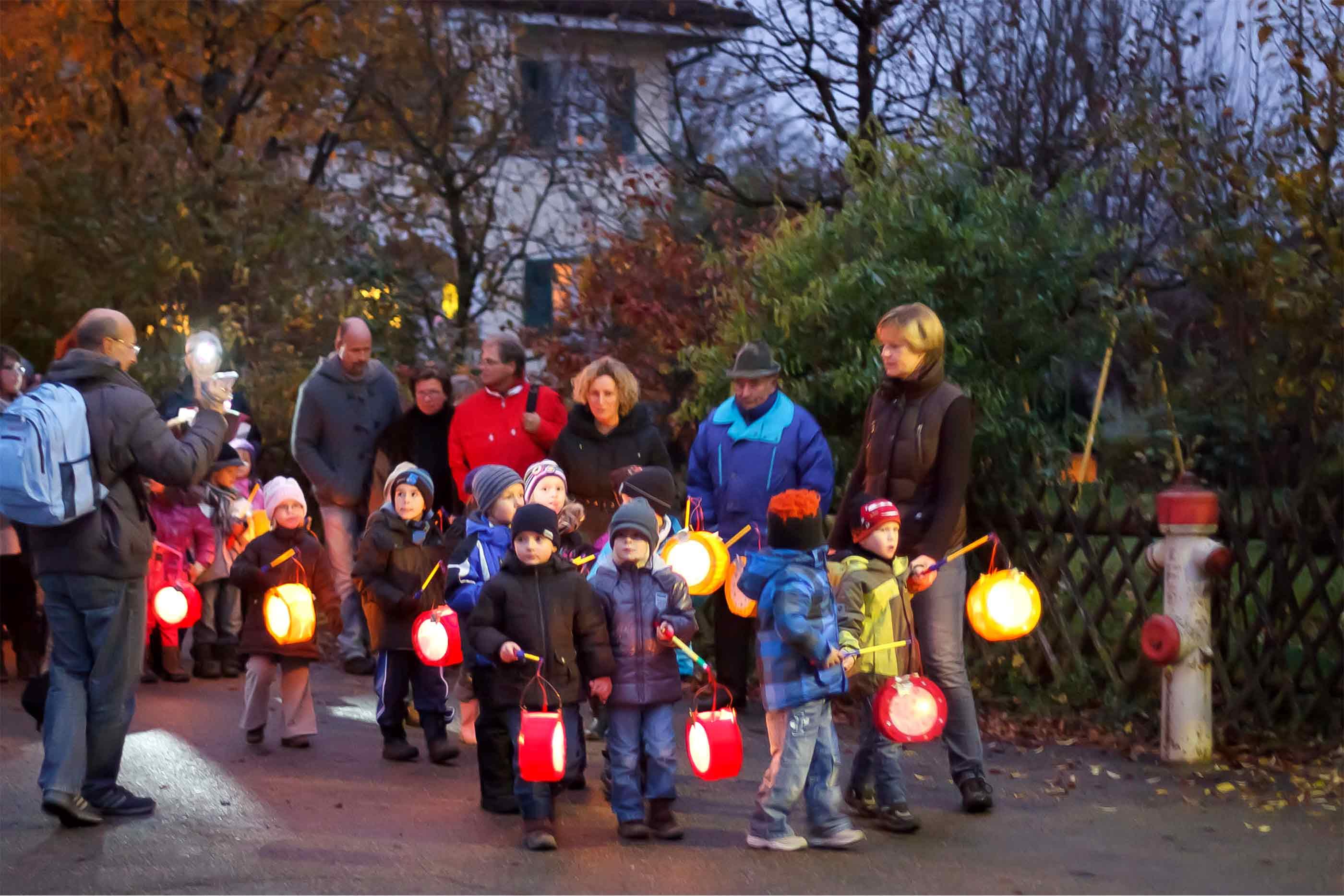 Típica procissão das crianças com as lanternas CC by Stephan Kiessling Flickr