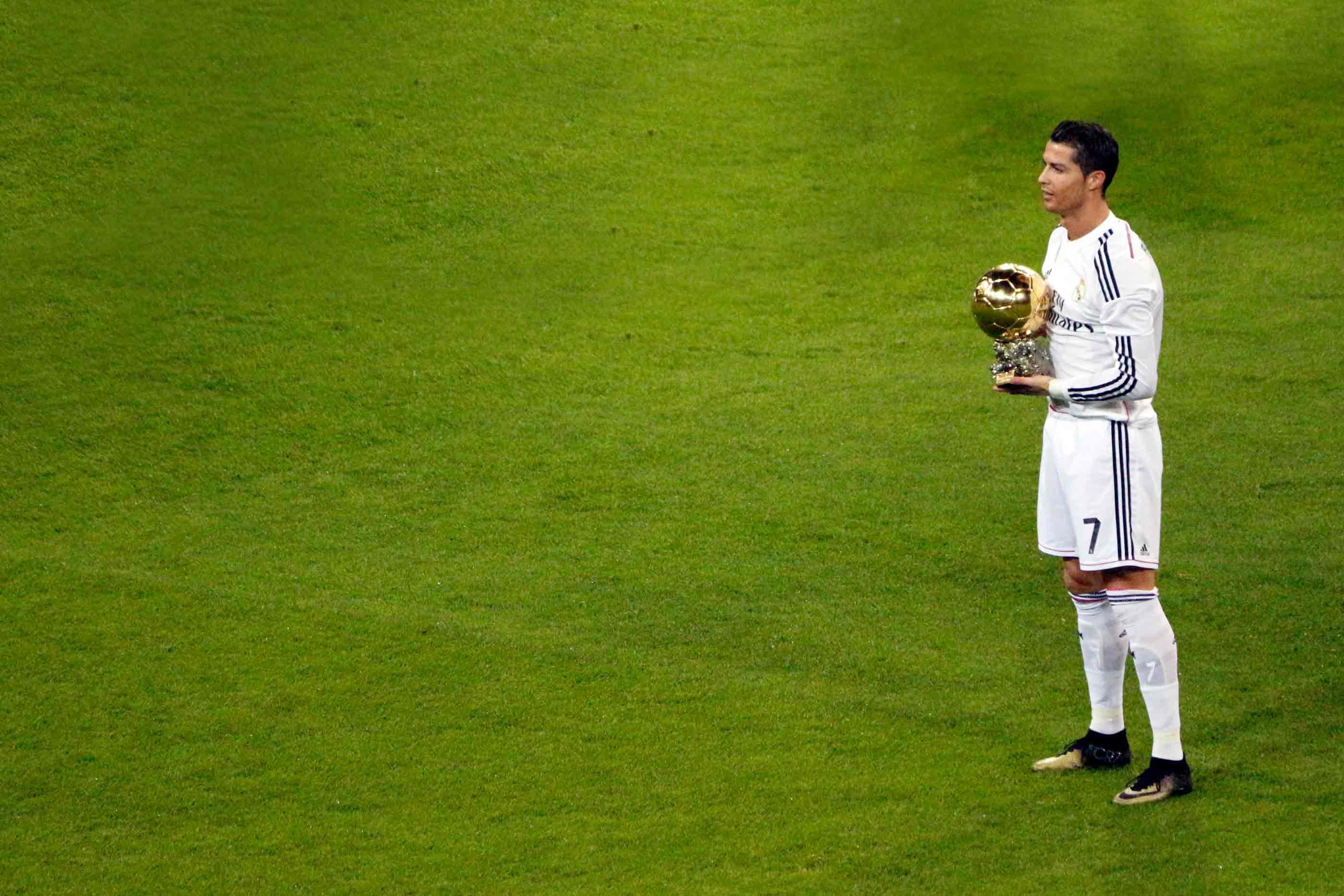 Jogador português apresentanto o seu prémio