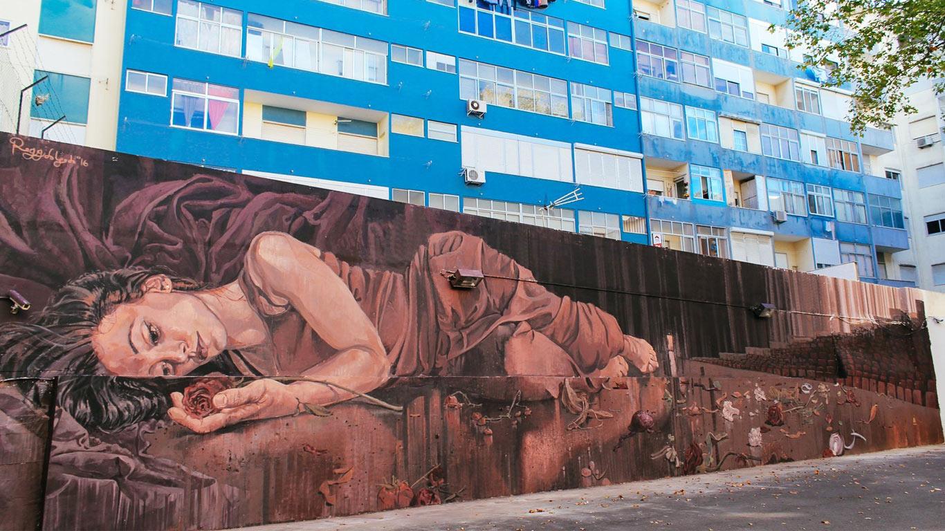 Mural de Regg Salgado alusivo ao tema do teatro.