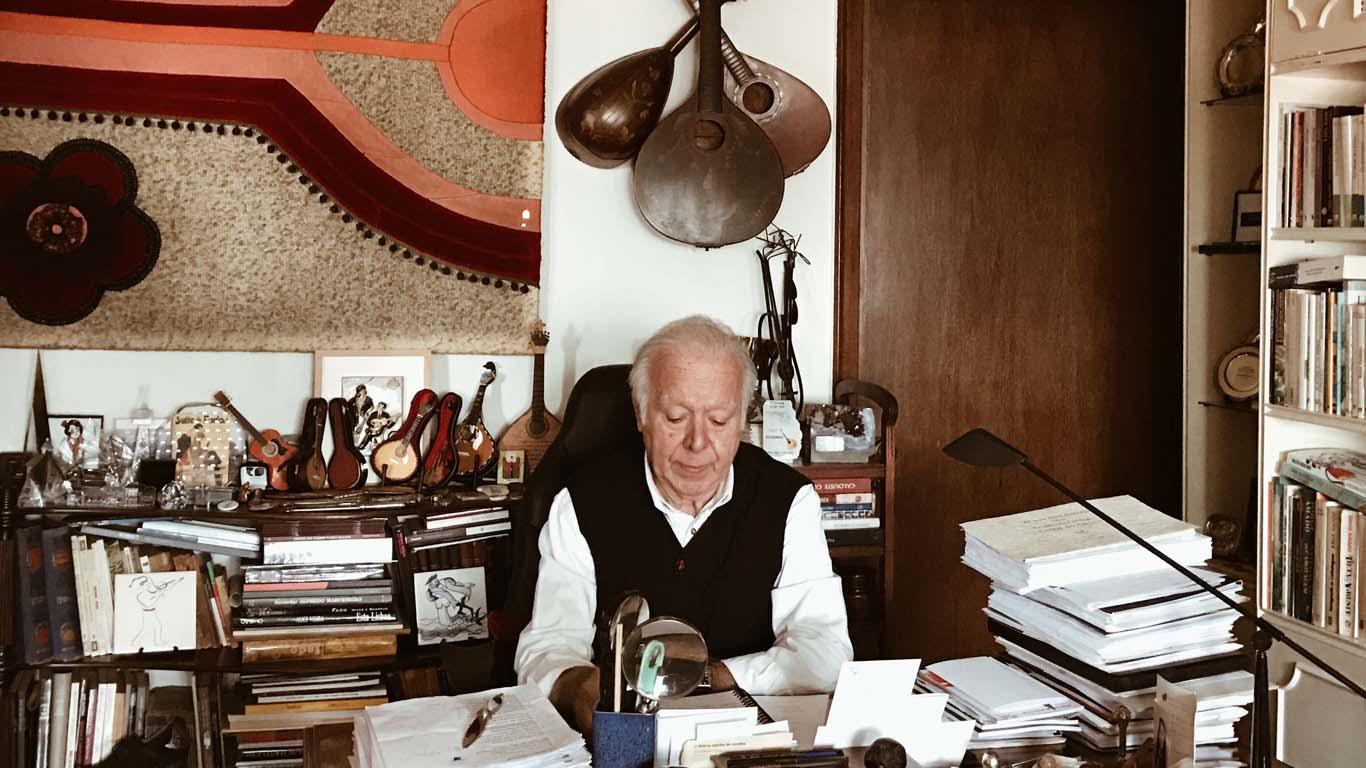 Carlos do Carmo no seu escritório.