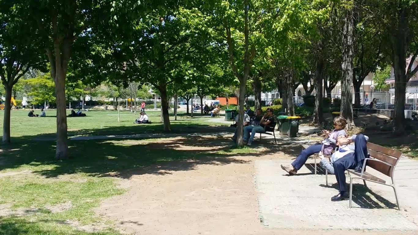 Pessoas sentadas no jardim