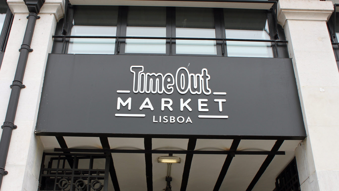 Placa na entrada do mercado