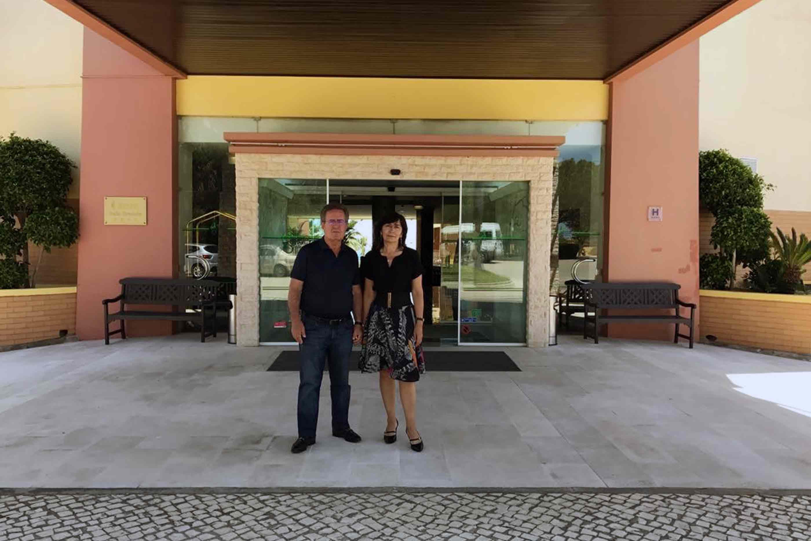 Proprietários do grupo hoteleiro, Fernanda e José Emídio, frente à entrada do Hotel Baía Grande, em Albufeira.