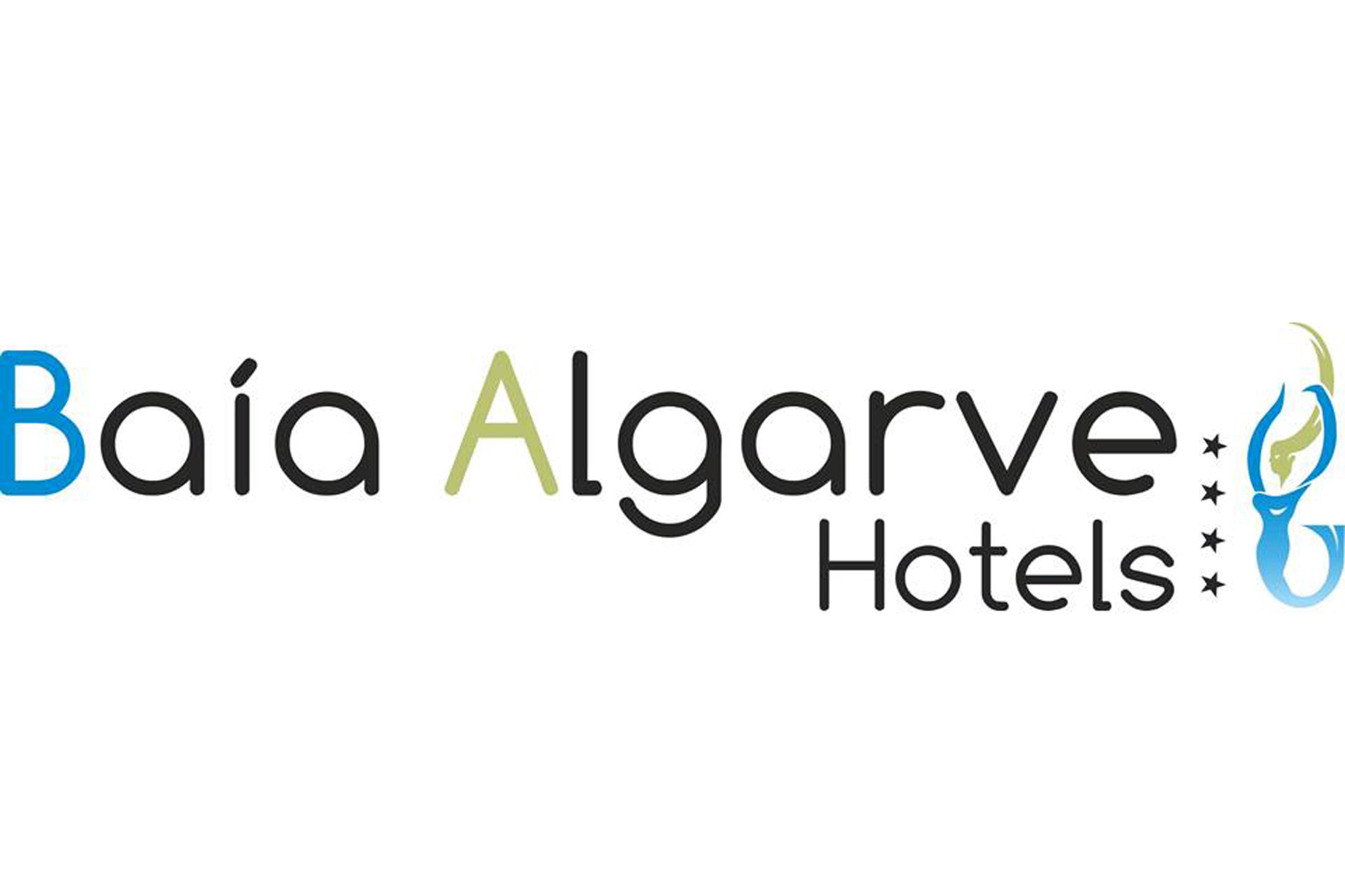 """Logotipo do grupo Hotéis Baía Algarve. A letra """"B"""" encontra-se azul pois é a cor que representa o Hotel Baía Crista. A letra """"A"""" encontra-se a verde porque é a cor que simboliza o Hotel Baía Grande. O símbolo do grupo hoteleiro (à direita da imagem) é uma sereia e está representada com as cores de ambos os hotéis."""