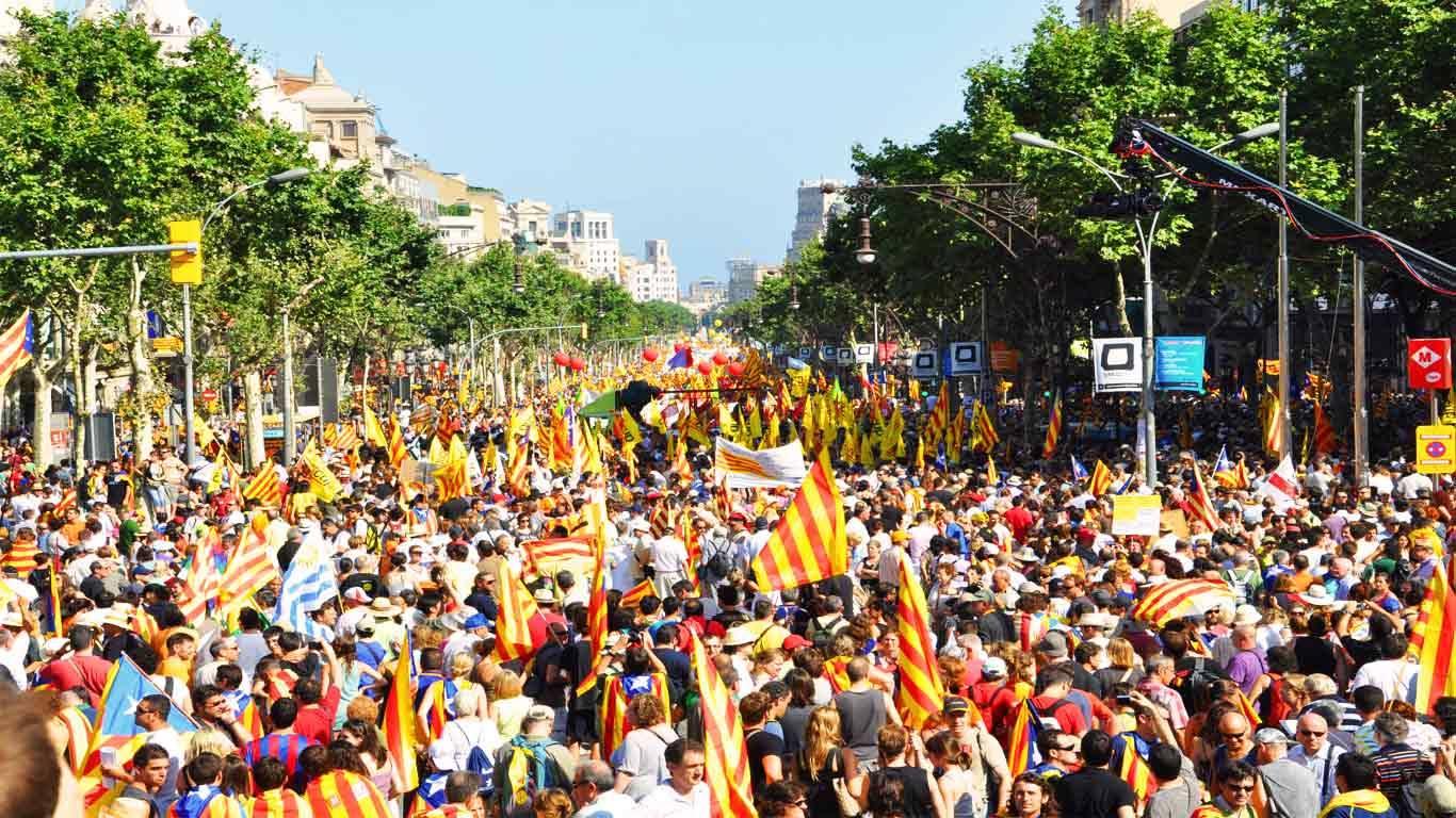 Espaço a abarrotar de gente em revolta pela instabilidade política catalã.
