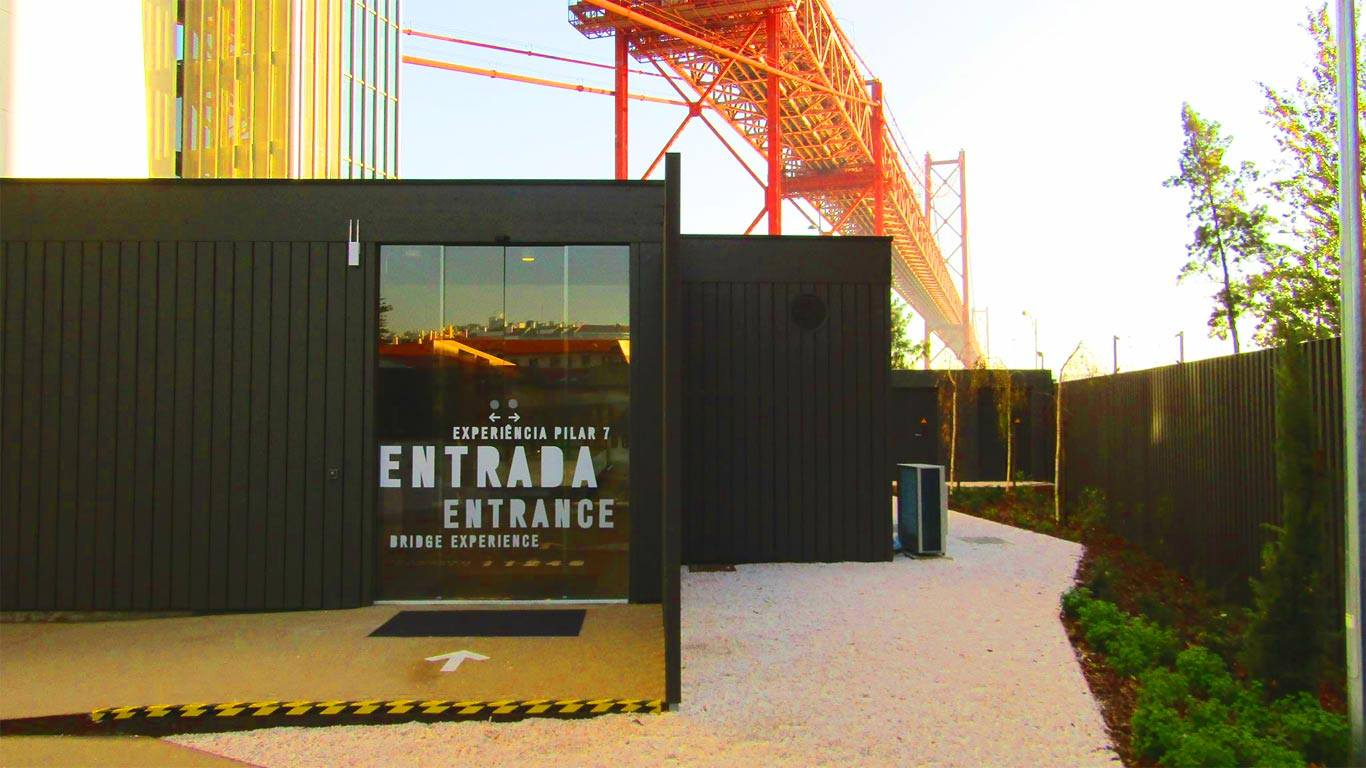 Entrada para a Experiência Pilar 7, com vista para a Ponte 25 de Abril.