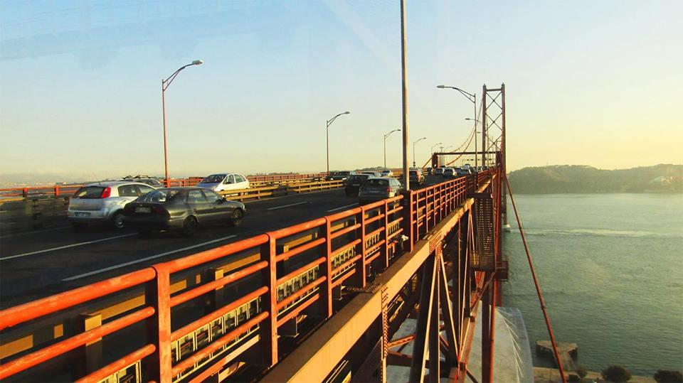 Tabuleiro da Ponte, onde se observam veículos a atravessá-la.