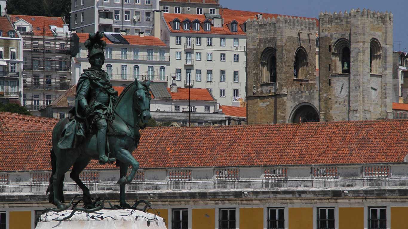 Estátua com vista de Lisboa por trás