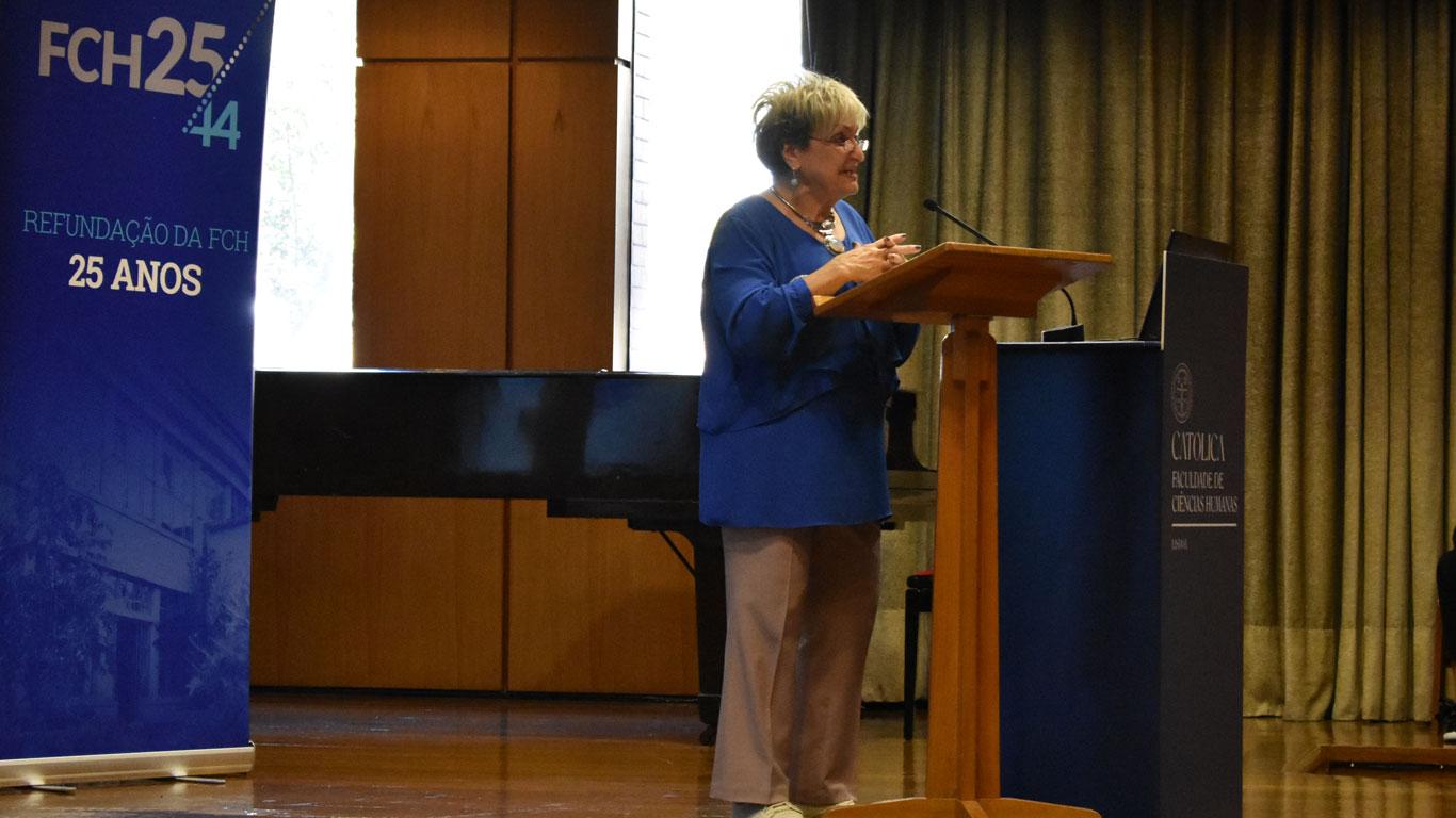 A presidente da ASSIBERCOM a realizar o discurso no púpito para o público.