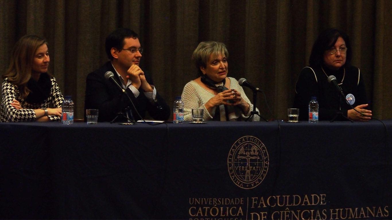 Diretor da Faculdade e Presidente da ASSIBERCOM sentados à mesa principal do evento a realizar um discurso de encerramento.