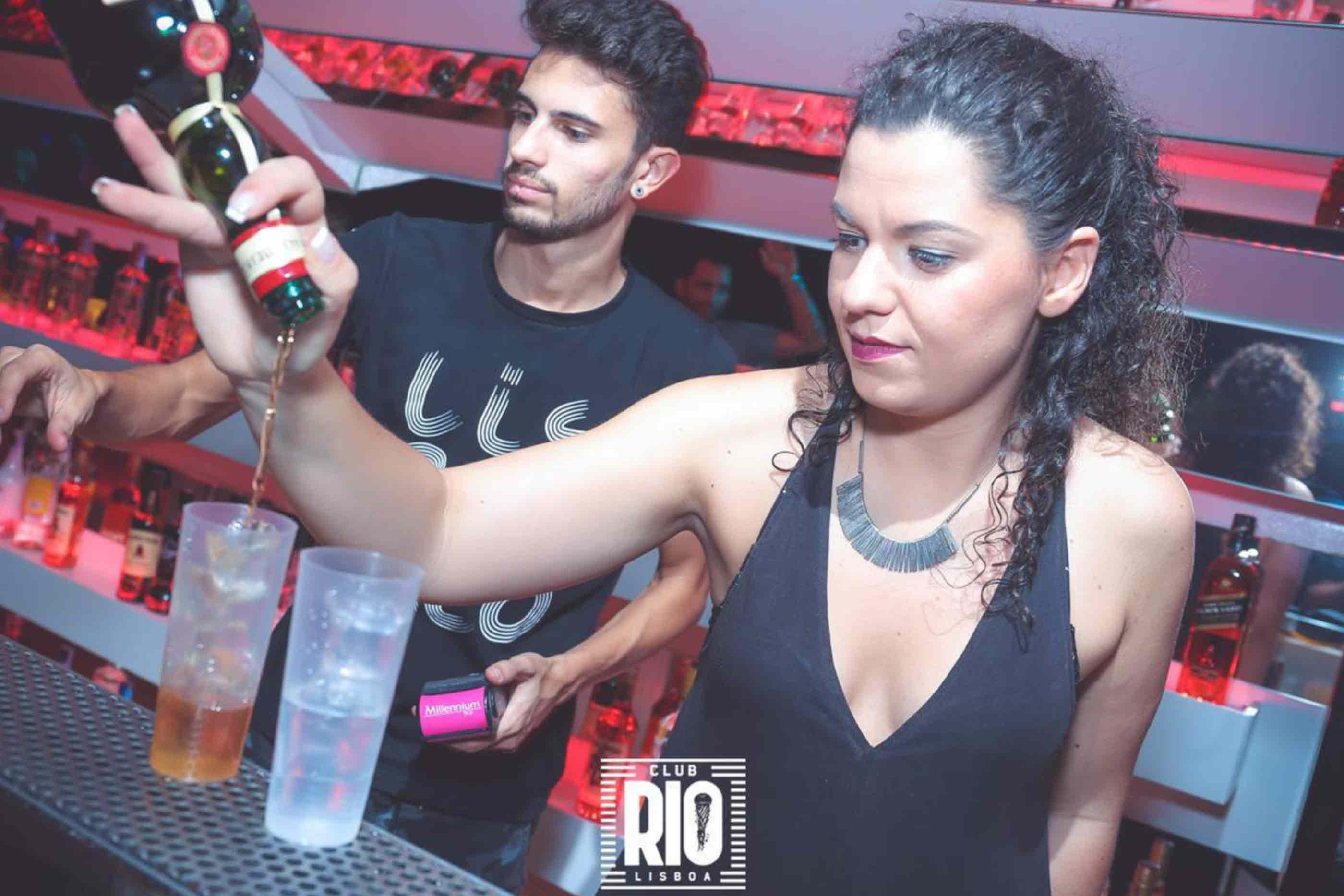 Dois Bartenders do Club Rio Lisboa a servir bebidas aos clientes.