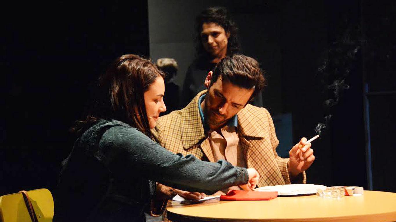 Nesta imagem podemos ver um dos encontros regulares que o casal tem ao longo da peça.