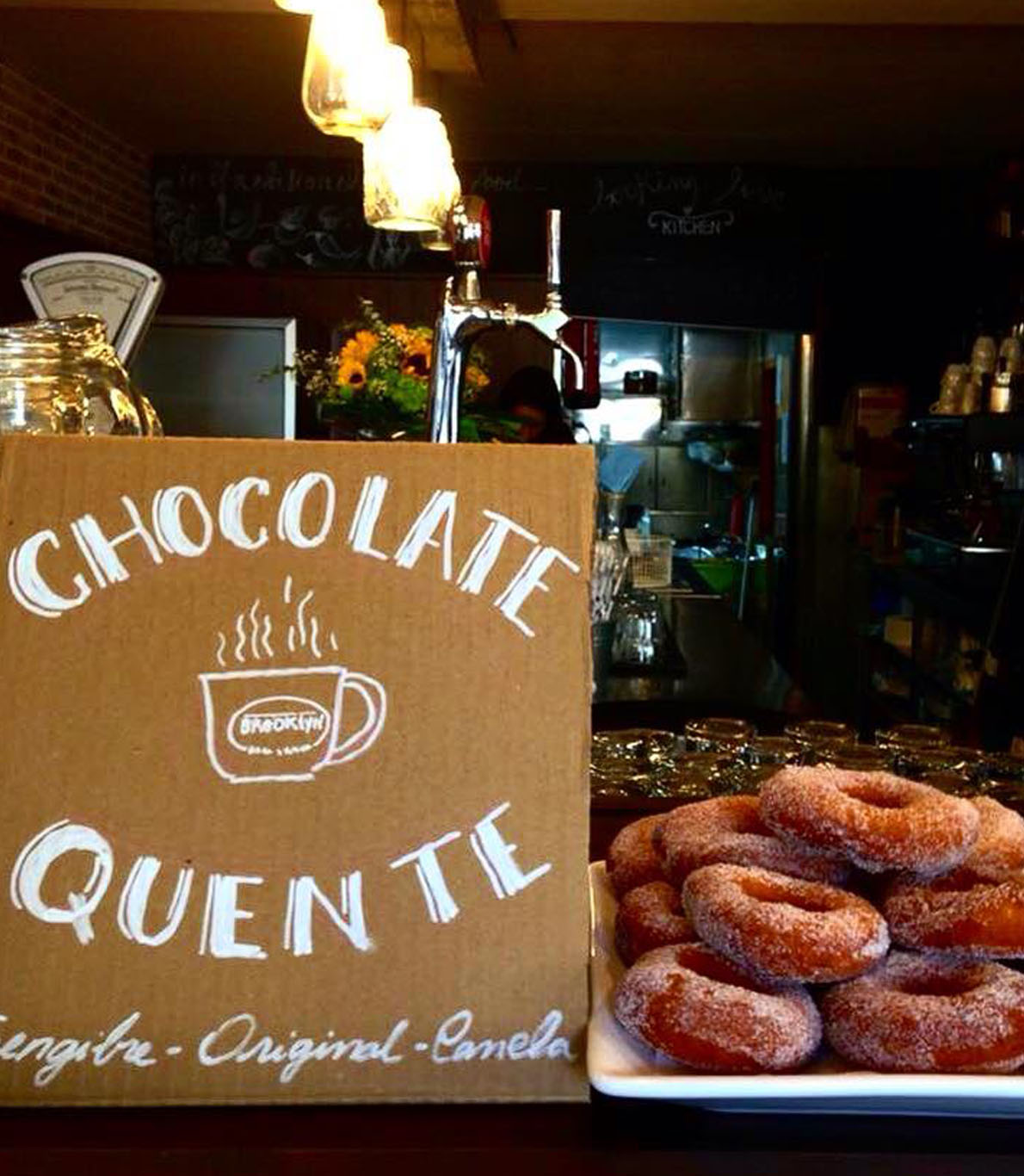 Sugestão do dia, chocolate quente e donuts.