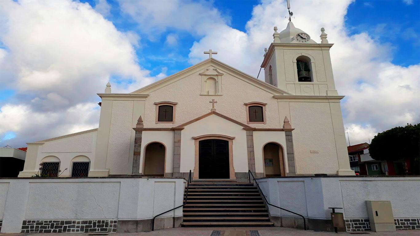 Fachada da Igreja Matriz de Vieira de Leiria.