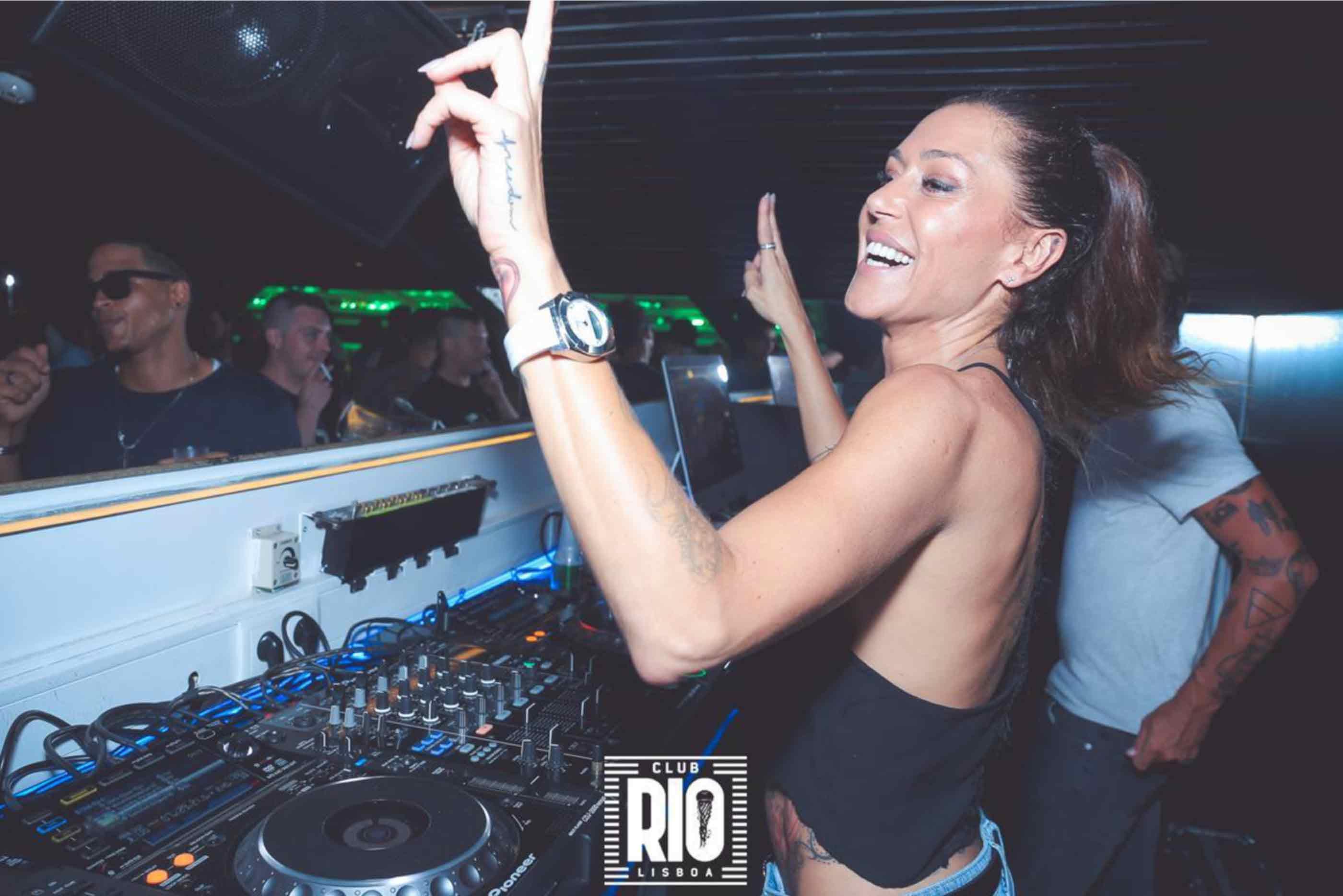 Dj a pôr música no Club Rio Lisboa, onde predomina maioritariamente música internacional eletrónica.