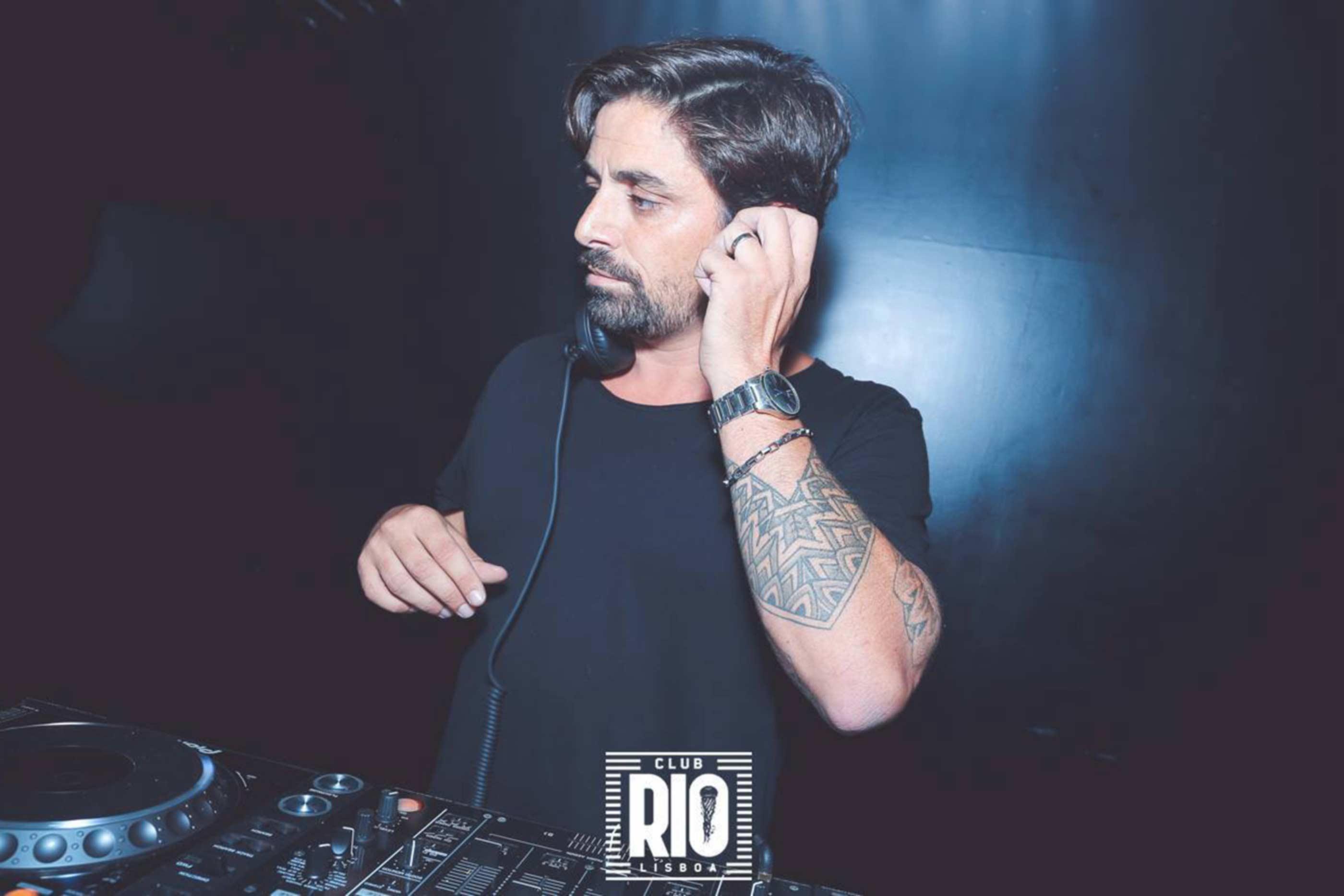 Dj do sexo masculino a pôr música no Club Rio Lisboa.