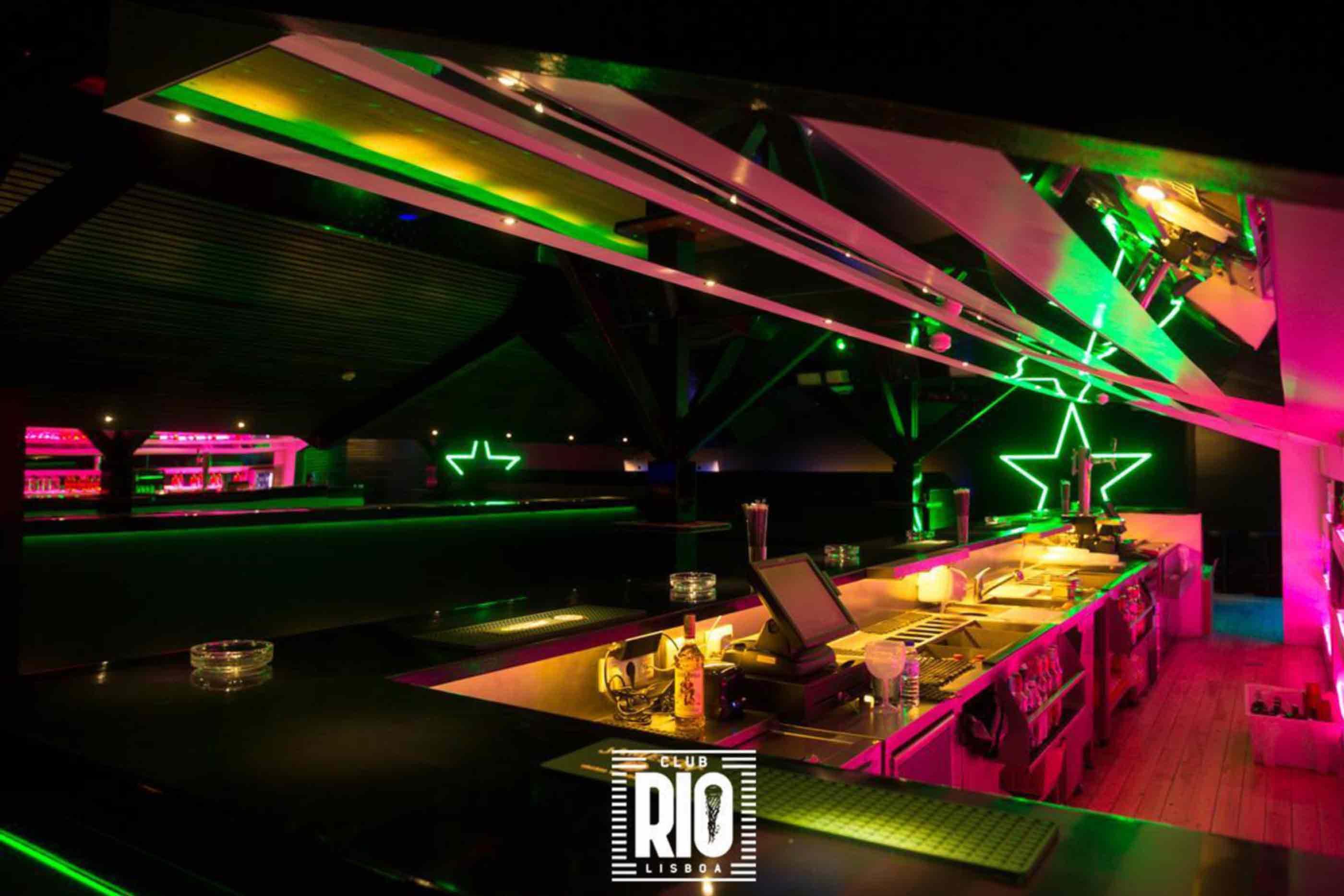 Espaço interior Club Rio Lisboa, ainda sem pessoas. Um local cheio de luz e com uma pista de dança.