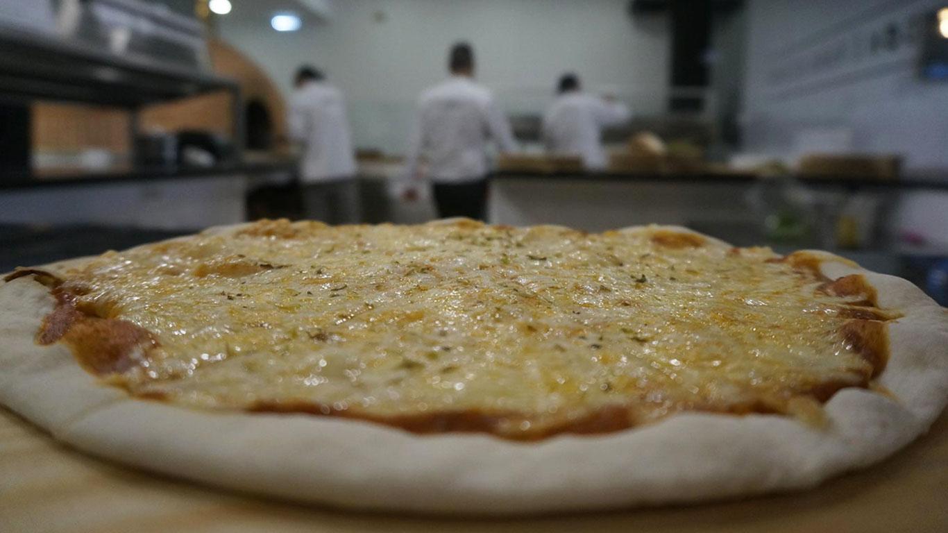 Fotografia da Pizza Marguerita ainda na cozinha do restaurante
