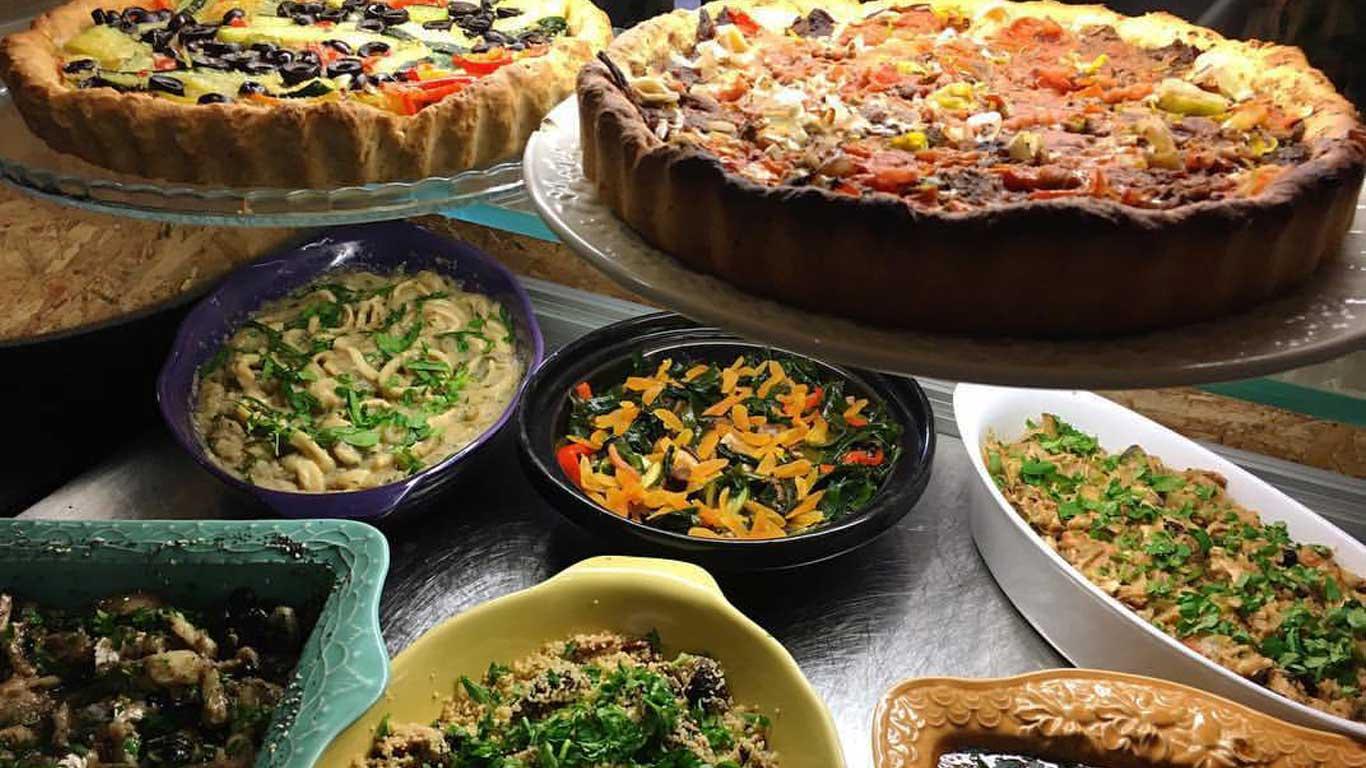 Exemplos de comida saudável que se pode comer no restaurante, expostas numa vitrine