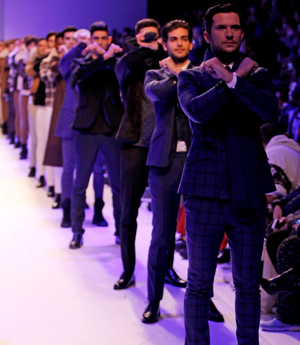 """Na homenagem à banda de rock portuguesa, Xutos e Pontapés, Nuno Gama alinhou todos os modelos em fila, com os braços em forma de """"X"""", junto ao peito."""