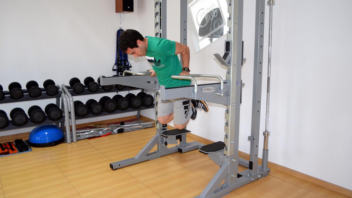 Personal Treiner que demonstra como se deve exercitar os triceps.