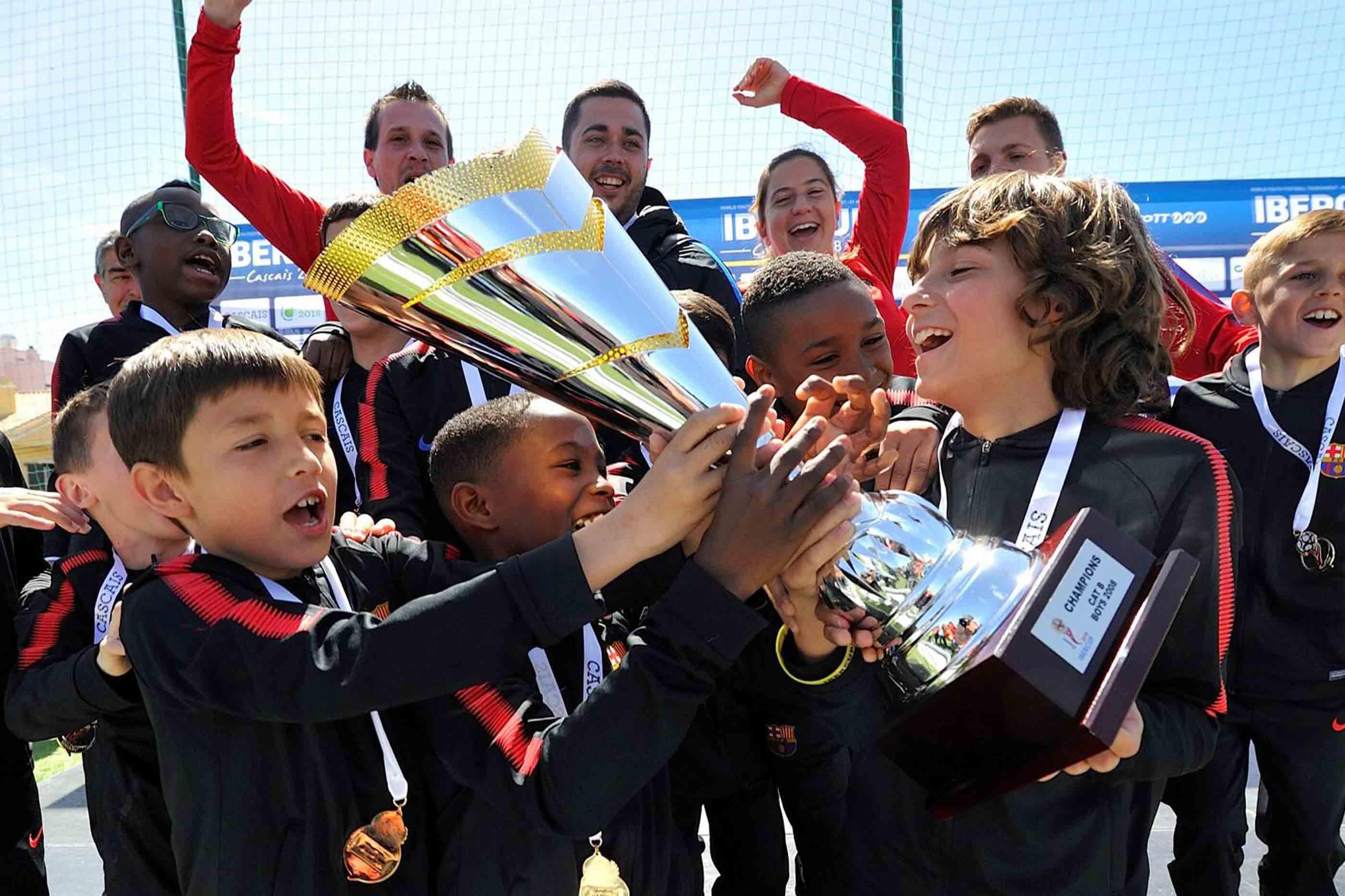 Jovens jogadores a festejar.