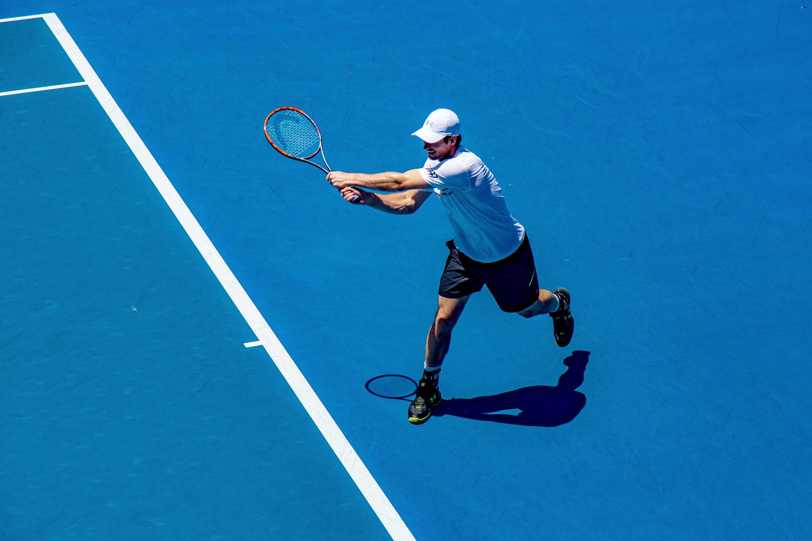 Rapaz a jogar ténis