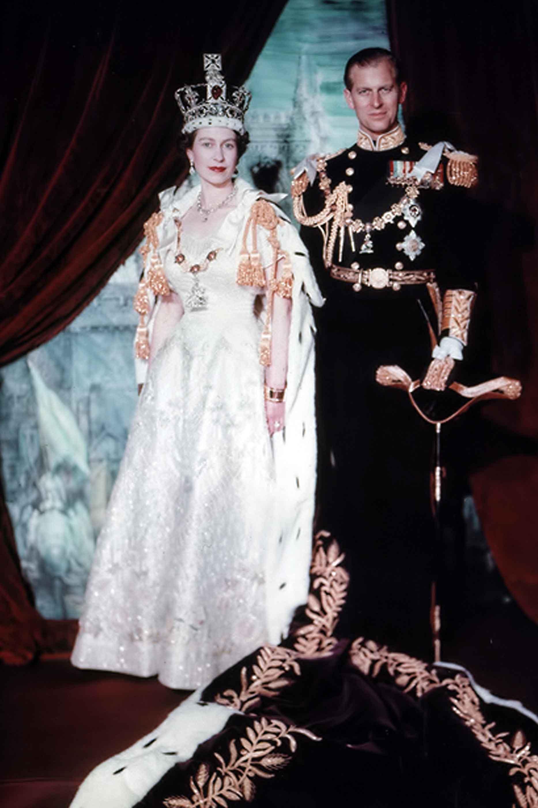 Rainha Isabel II, acompanhada do marido Filipe, após a coroação da mesma, em 1953.