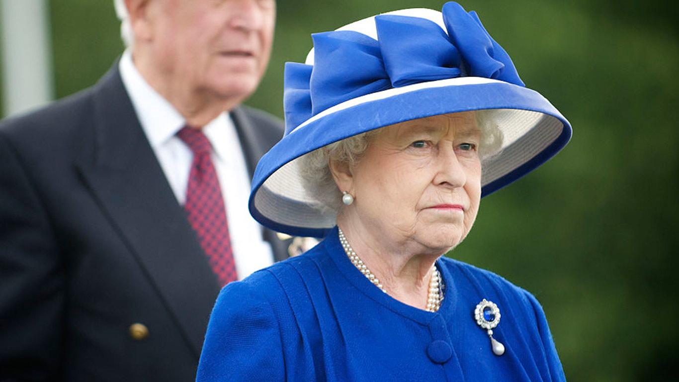 Rainha Isabel II com um dos seus chapéus vistosos em tom de azul.