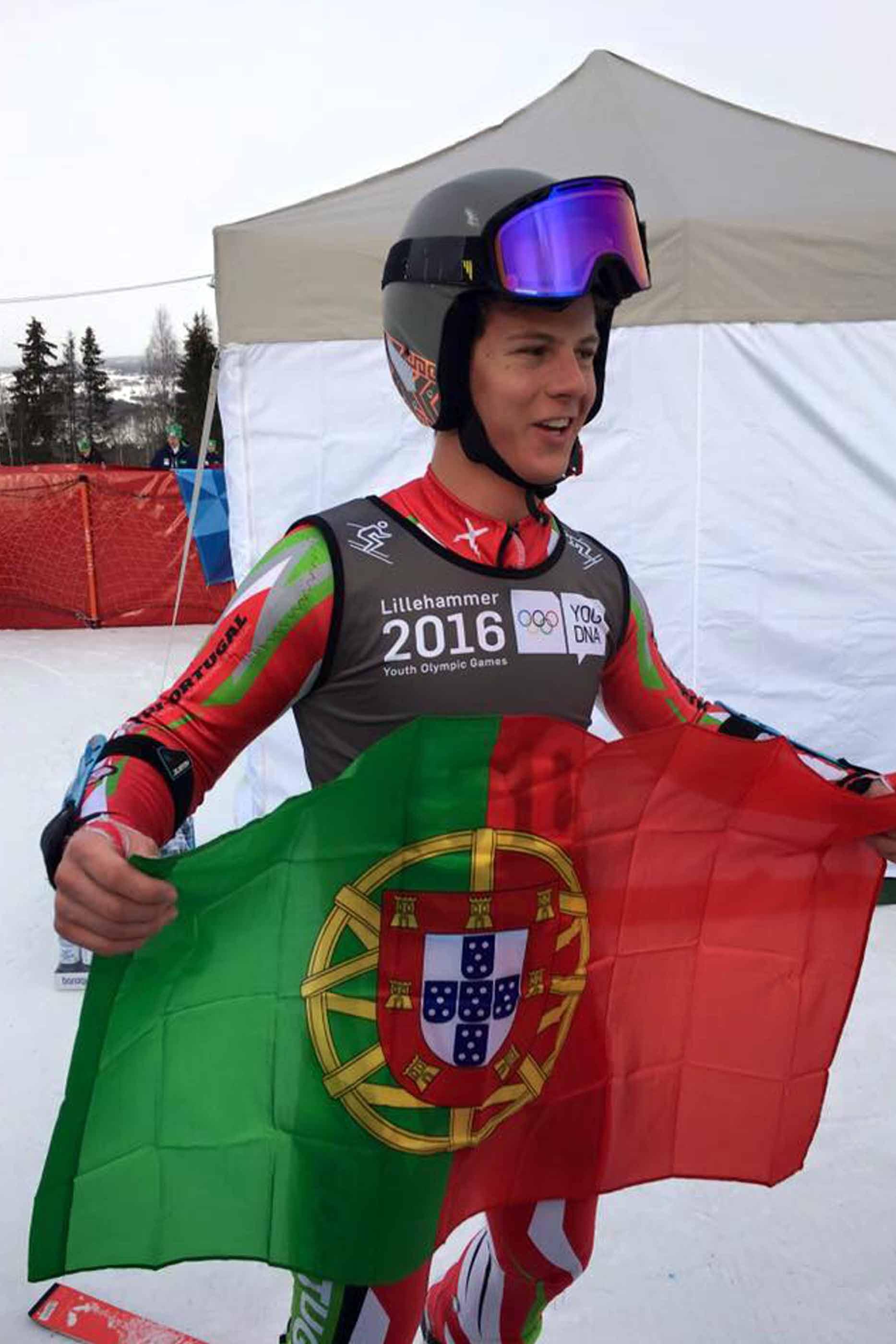 Atleta português, após a prova no Festival Olímpico da Juventude Europeia, em 2016, a segurar a bandeira de Portugal.