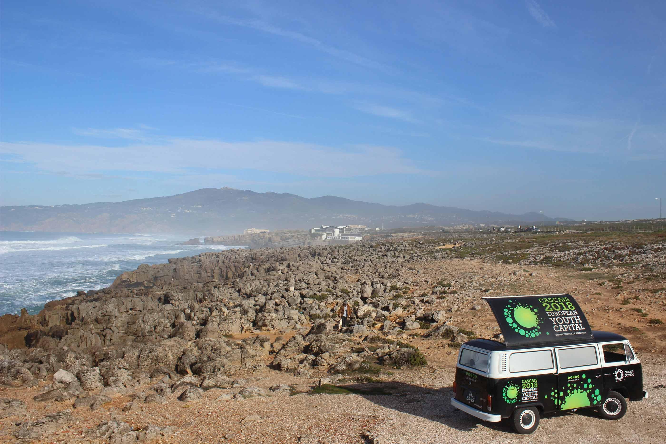 Camioneta da Capital Europeia da Juventude 2018 parada ao pé da Praia do Guincho