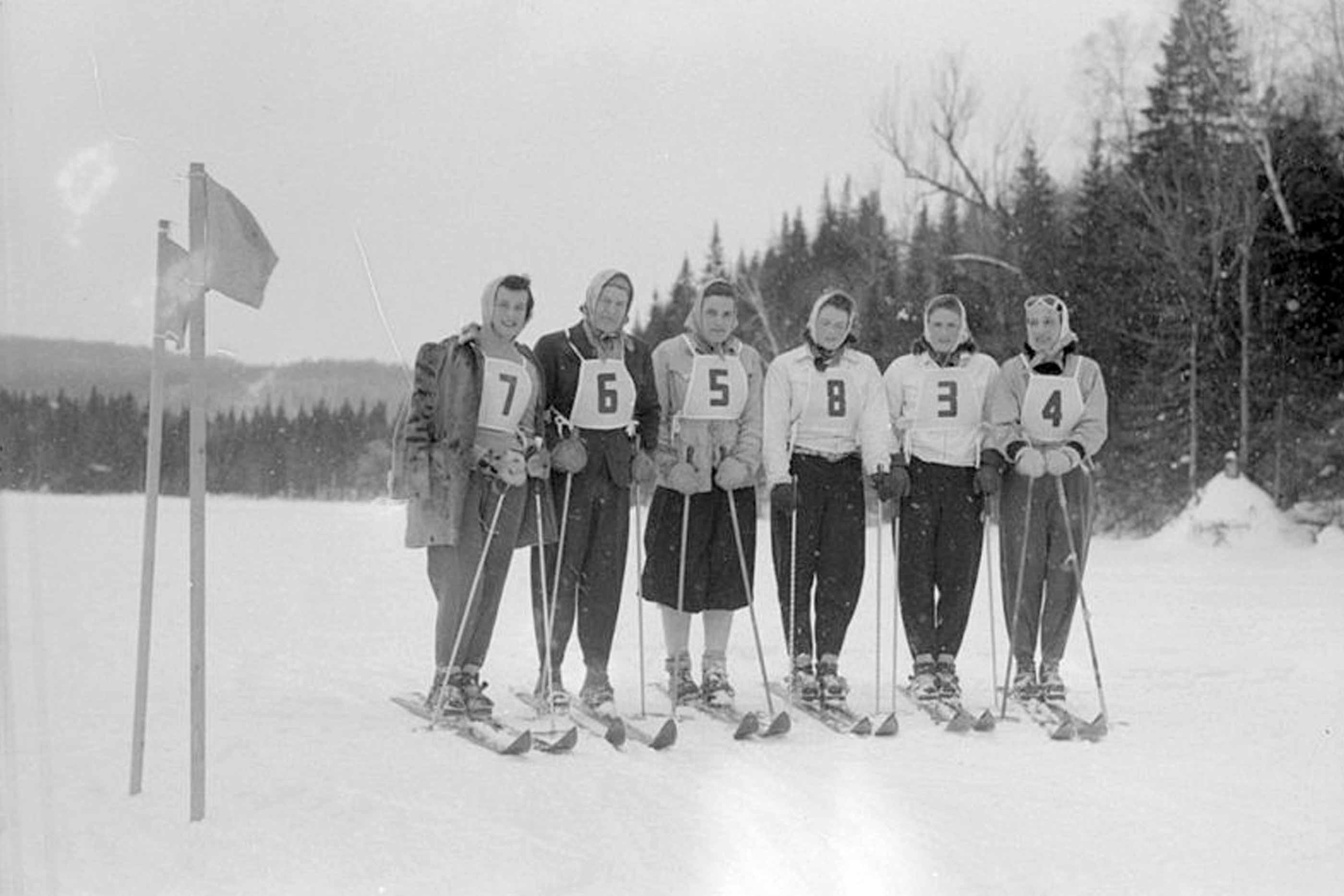 Foto a preto e branco, de esquiadores, antes duma prova, em 1920.