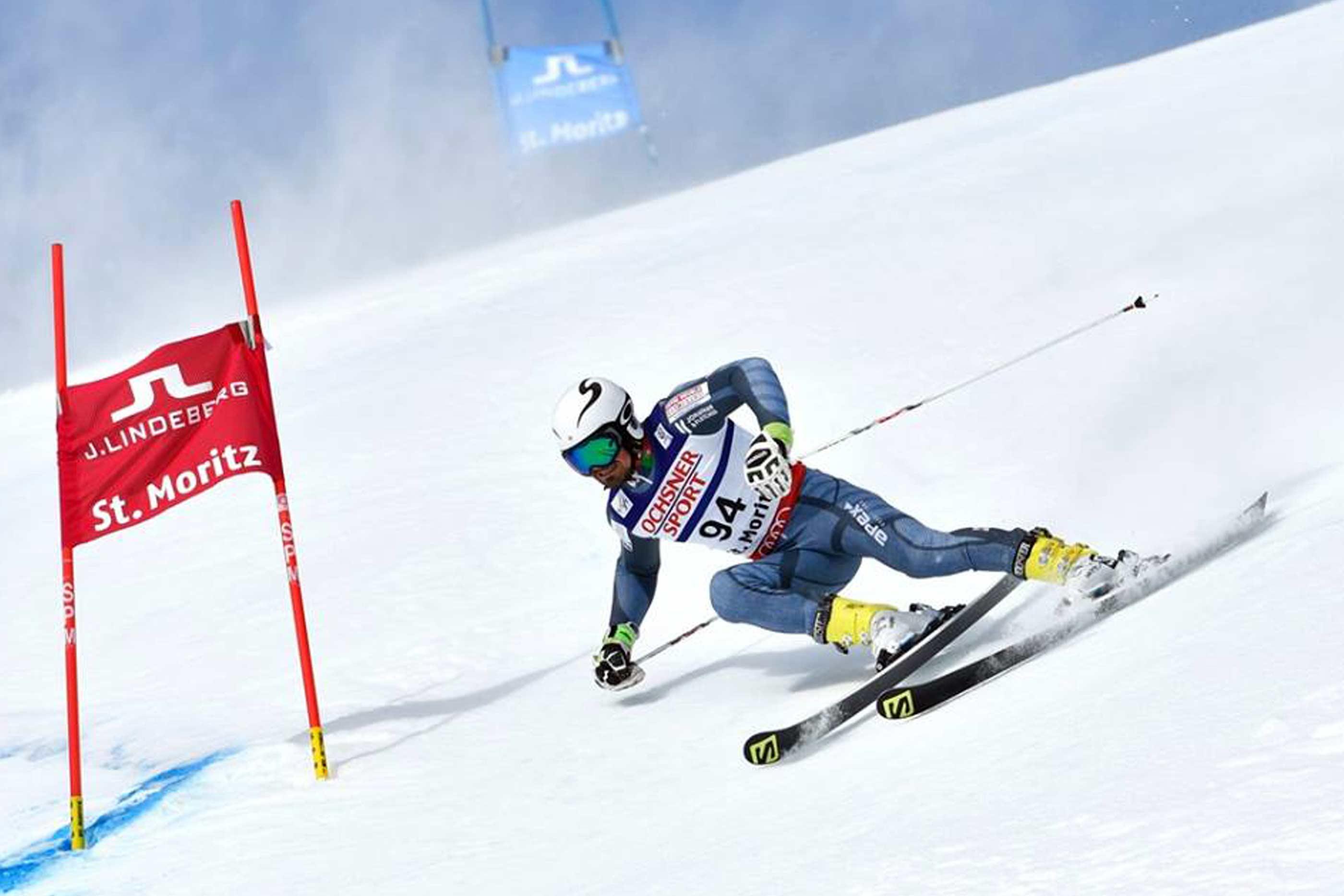 Atleta Arthur Hanse a descer a pista de esqui, na modalidade de Slalom Gigante (GS).