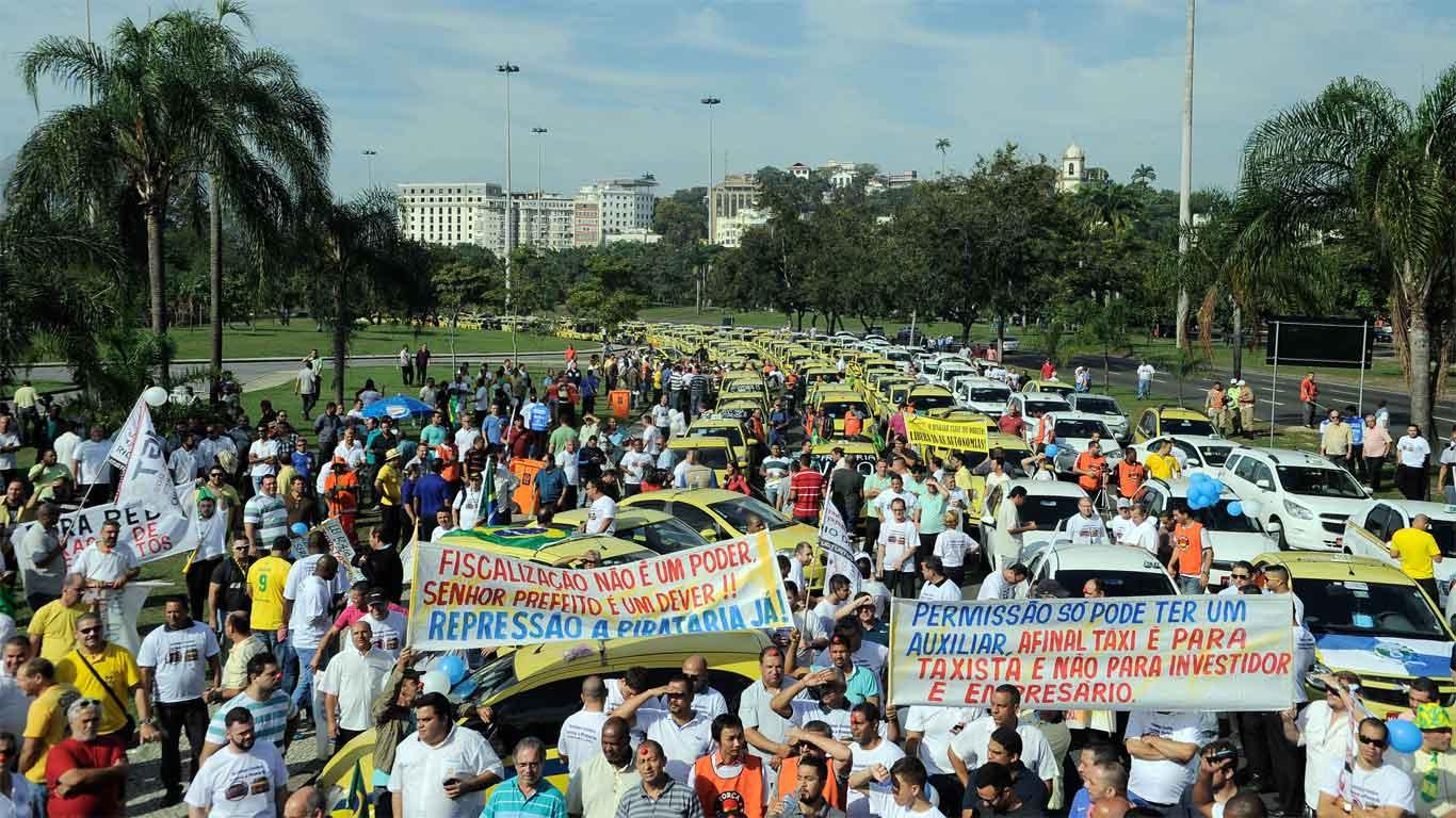 Motoristas de táxi em manifestação contra a empresa de transportes Uber.