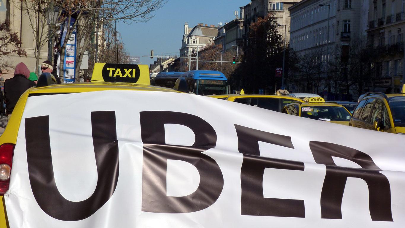 Protestos de taxistas, que se juntam em uma via pública com os seus carros.