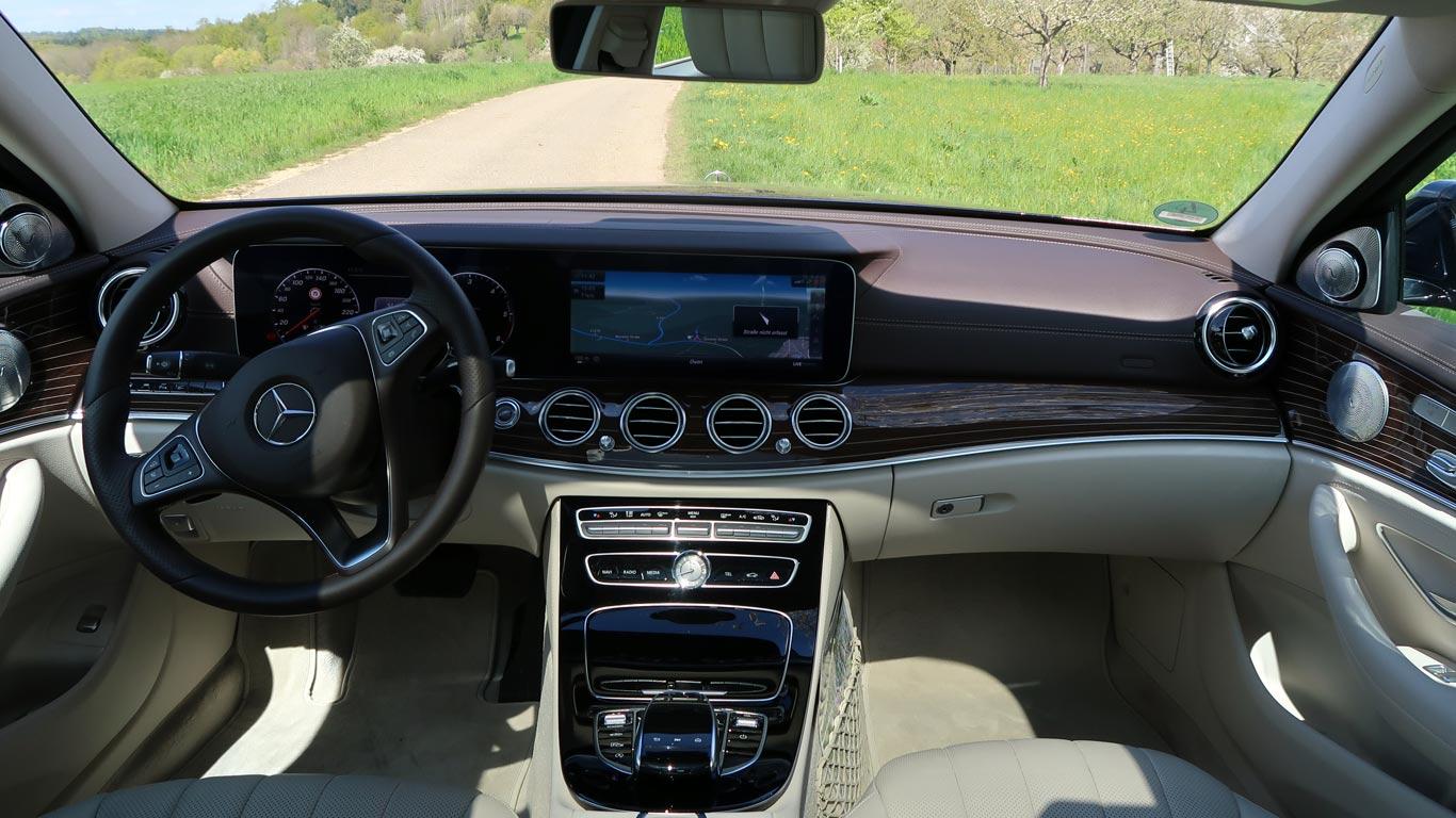 Tablier equipado com equipamento moderno de um luxuouso Mercedes.