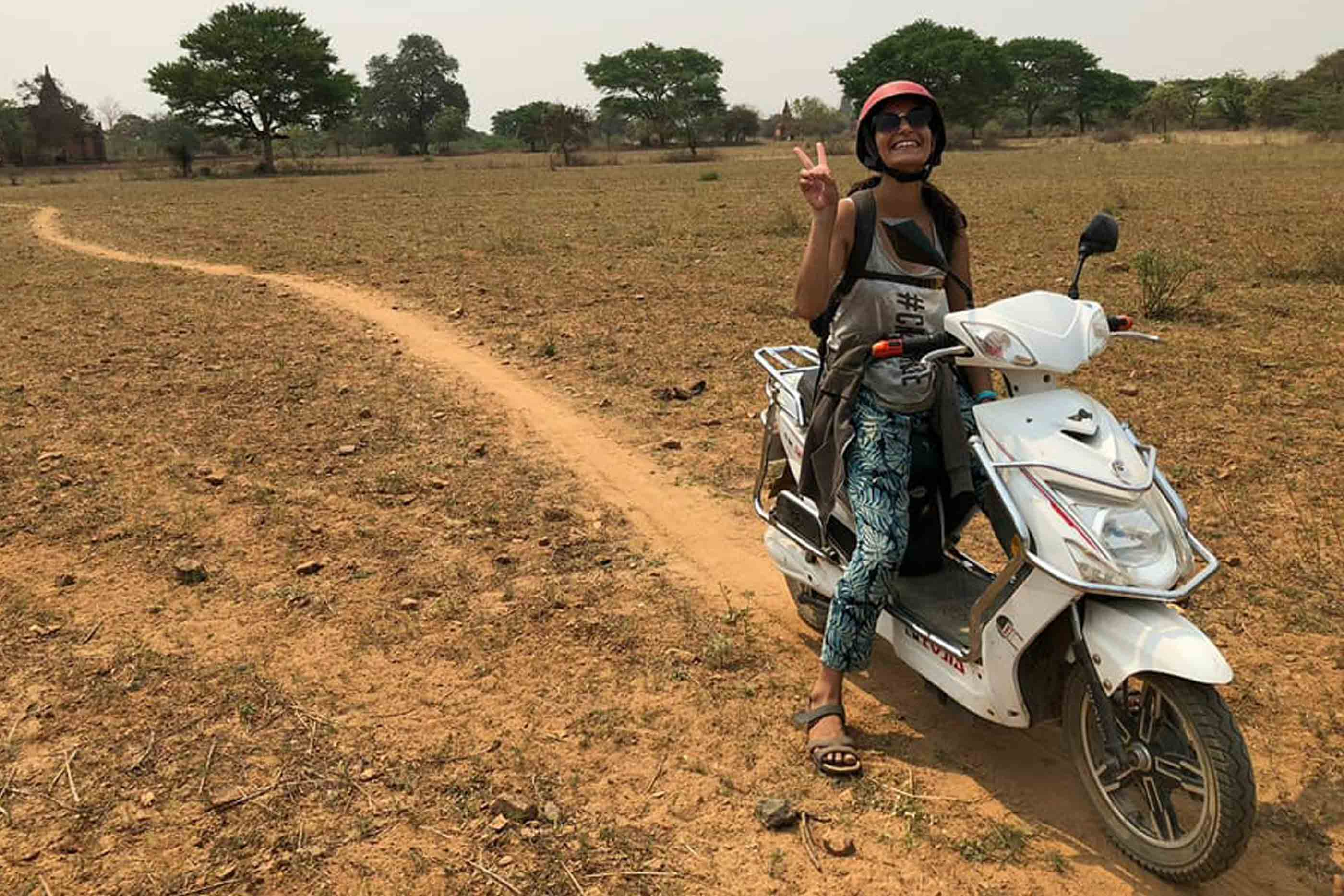Rita num passeio de mota no Myanmar durante o seu gap year