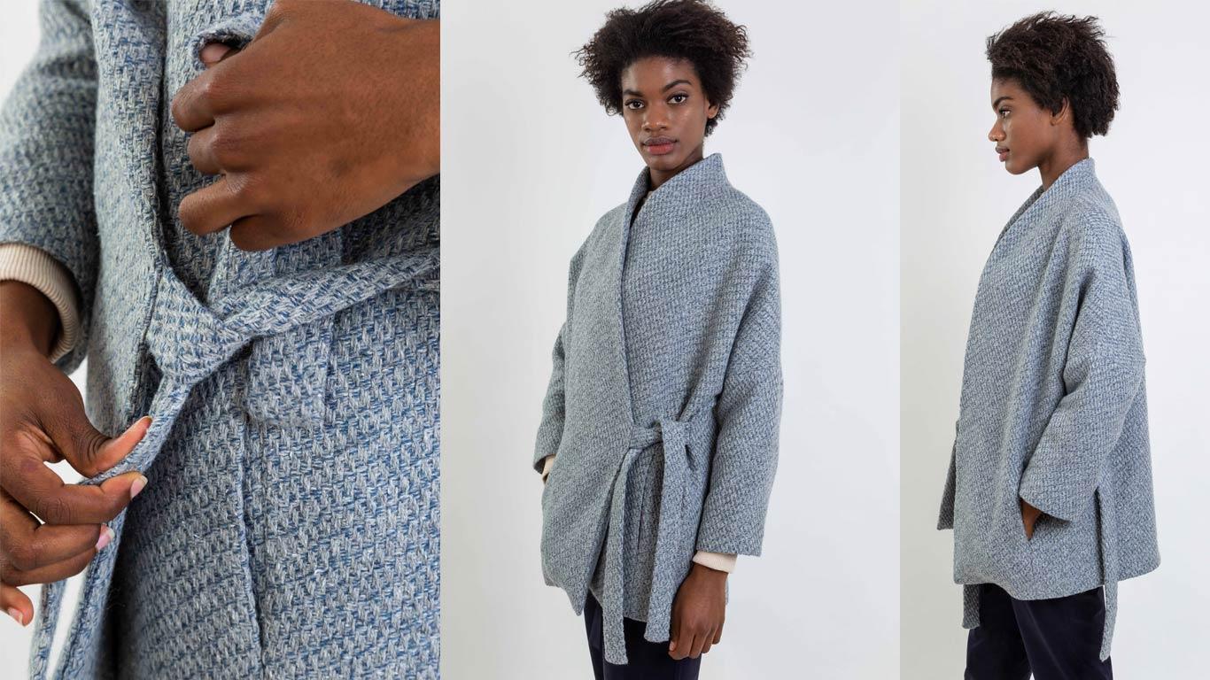 Casaco quimono de lã reciclada azul, com gola subida e tiras laterais para atar na cintura.