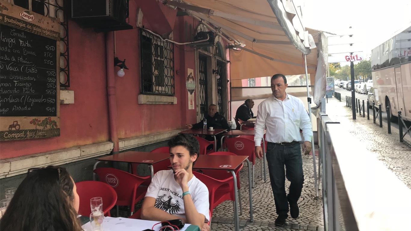 A humilde esplanada d'A Camponesa oferece um serviço de mesa excelente.