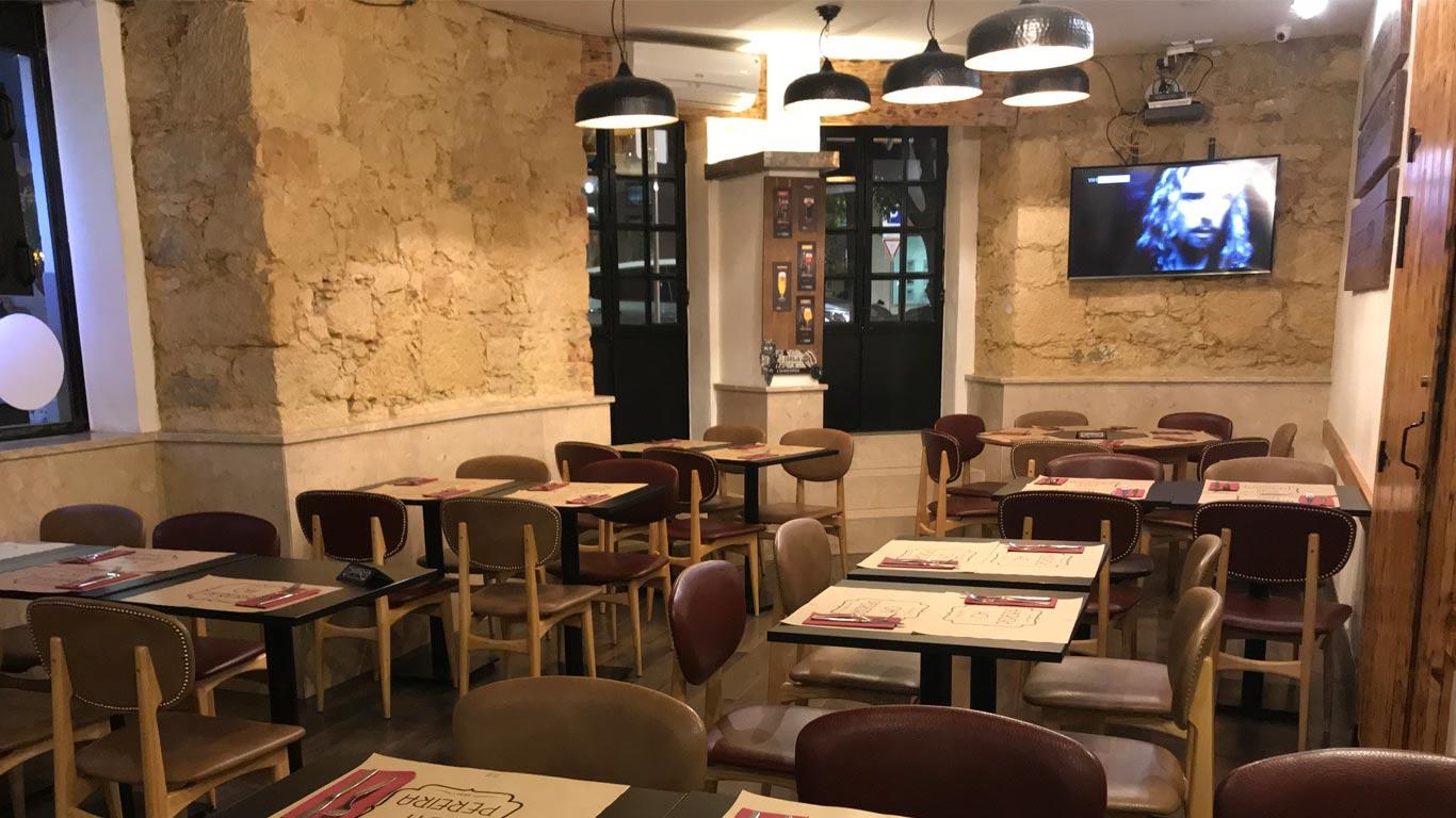 O Óh Pereira oferece um menú por 15€ com entradas, prato principal, bebida à descrição, sobremesa e café.