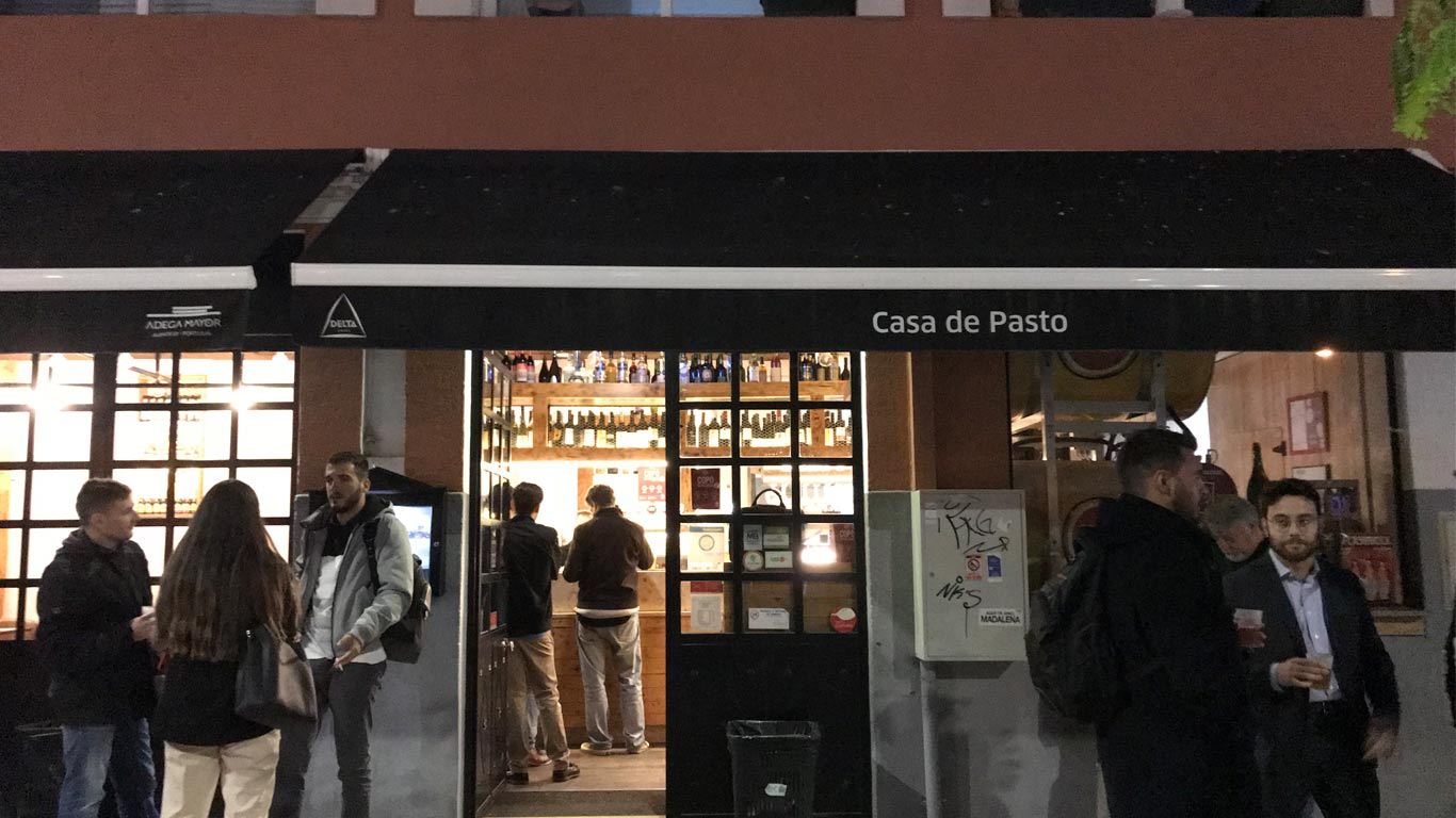 O Óh Pereira está aberto das 12:00 às 24:00, encerra ao domingo.