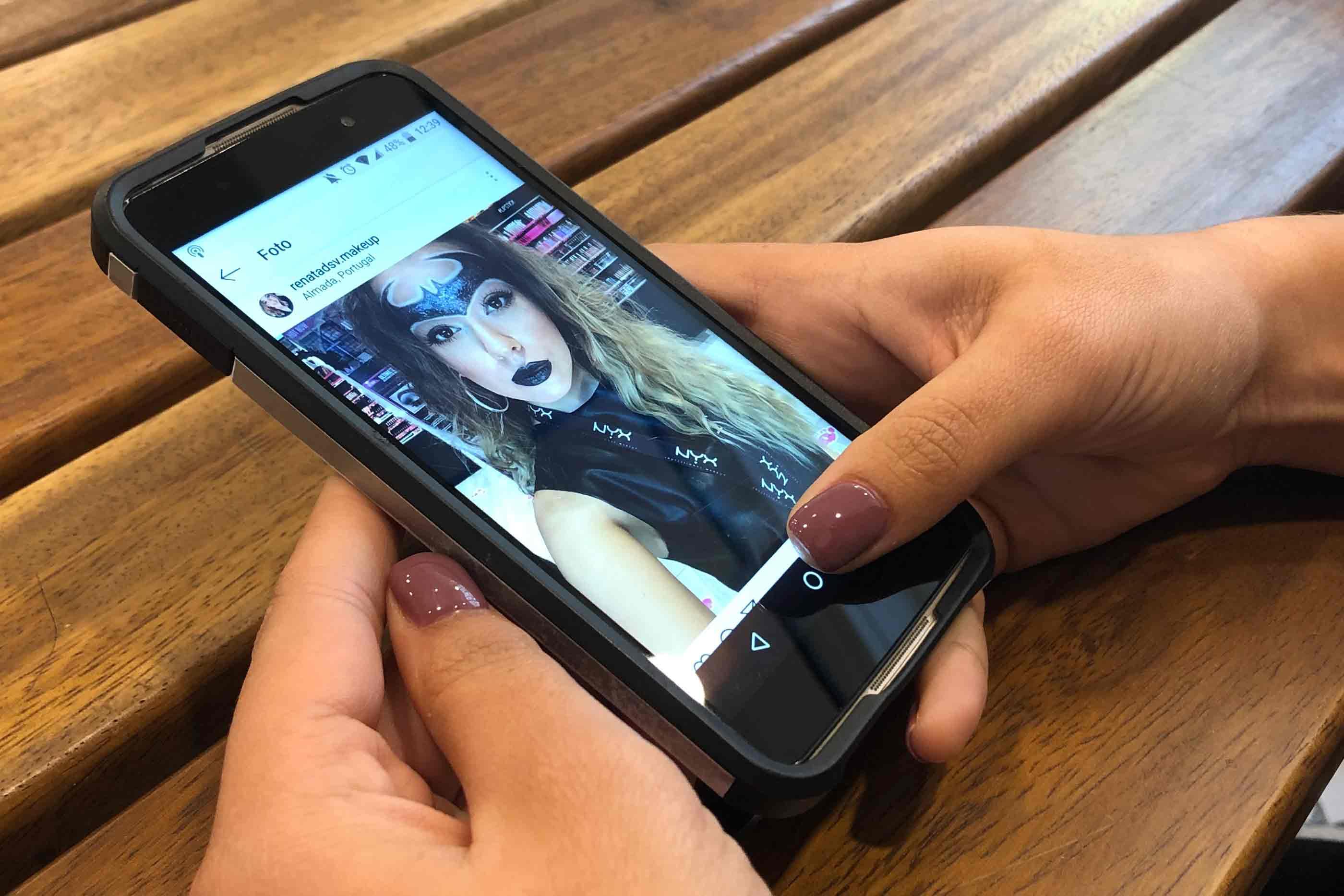 Smartphone com foto de Instagram
