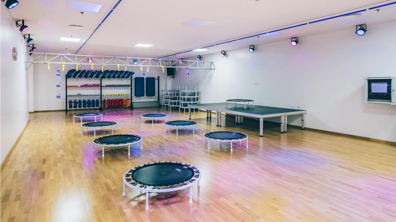 Aula interativa de trampolins no ginásio Solinca Health & Fitness